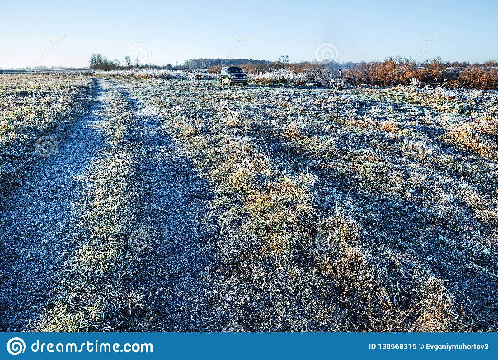 Ochtendvorst in de herfst Westelijk Siberië