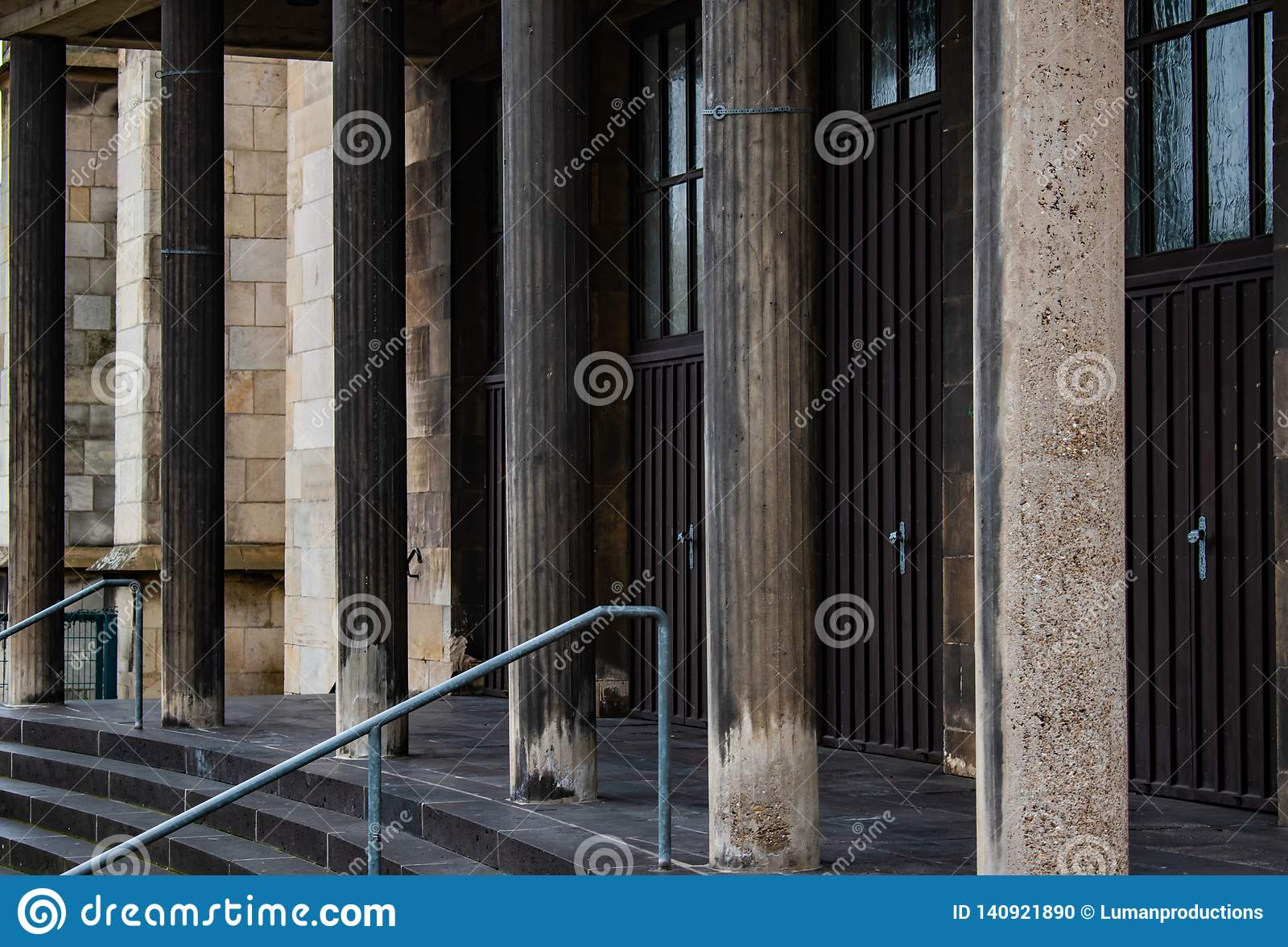 Ocieniający i starzejący się kamienni filary gothic kościół