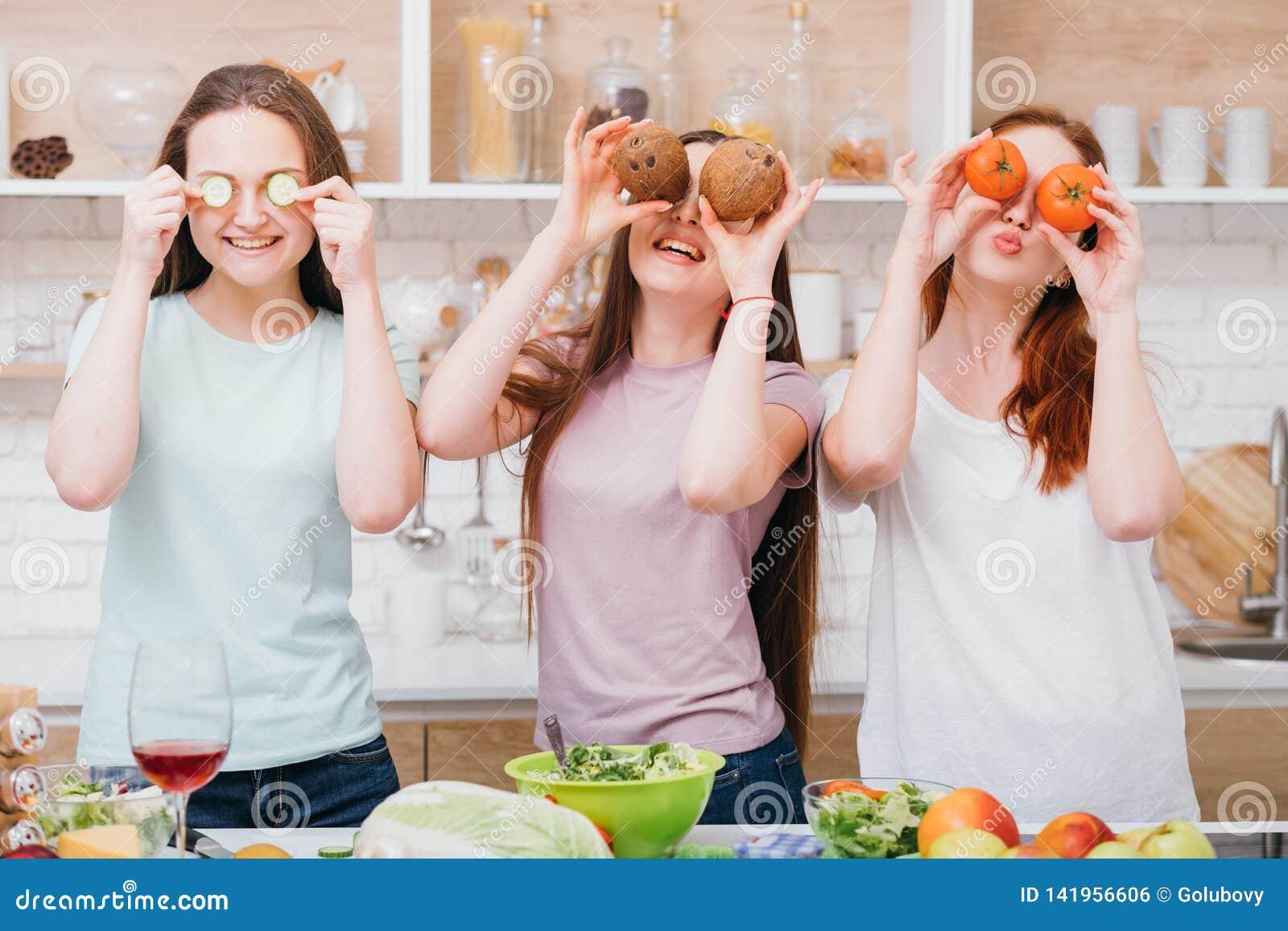 Ocio de la cocina casera que iguala a hembras de la relajación