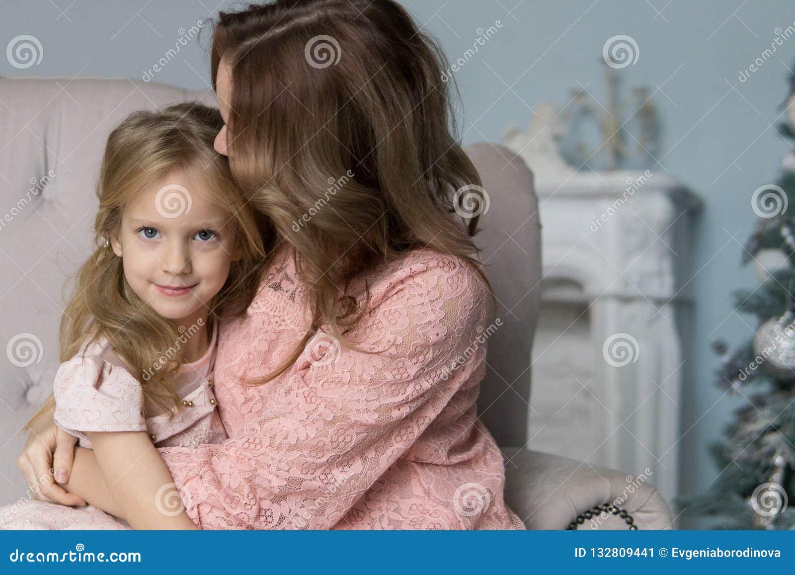 Ocio de la madre y de la hija junto en casa en la sala de estar