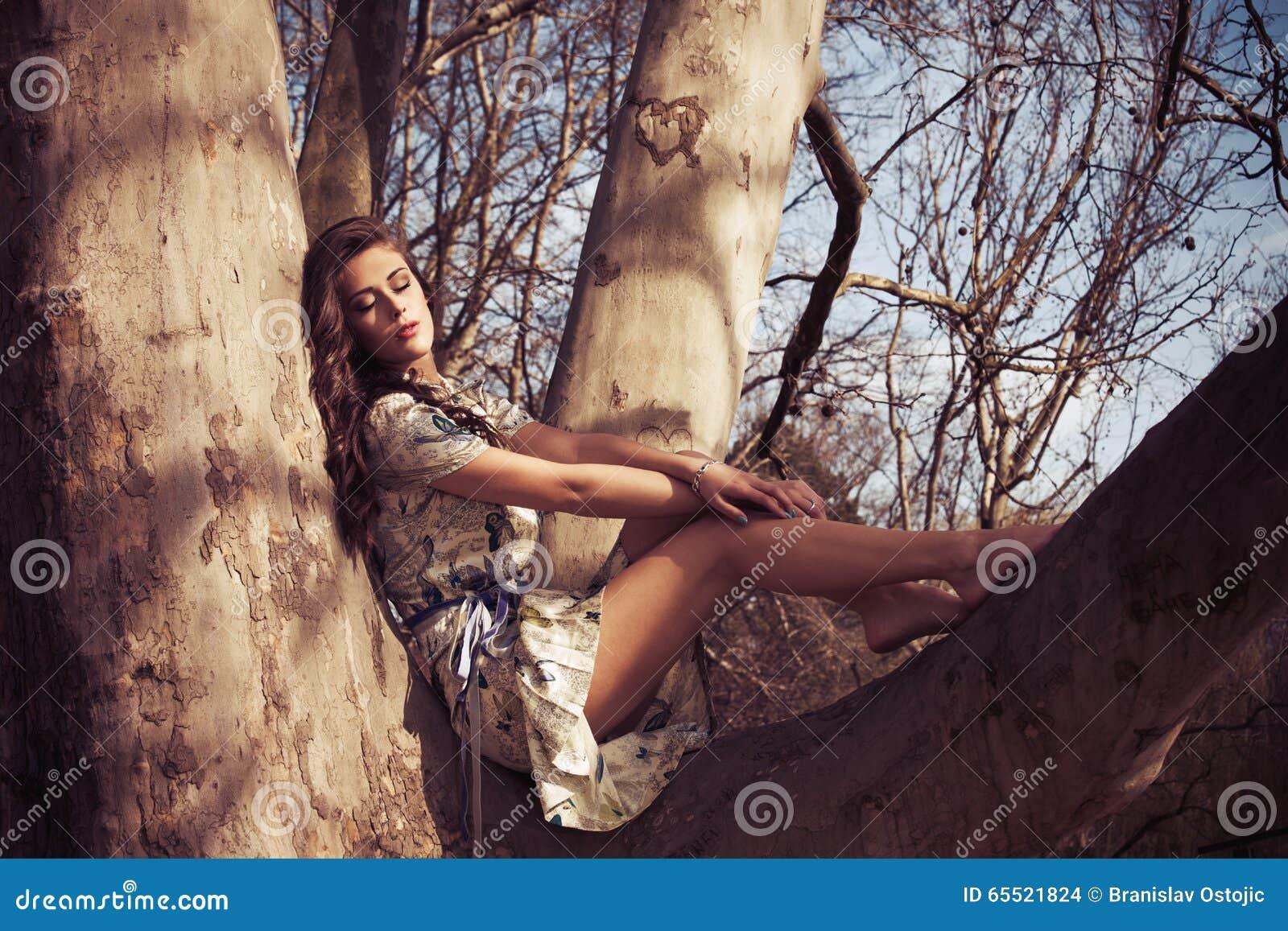 https://thumbs.dreamstime.com/z/ocio-de-la-mujer-del-verano-65521824.jpg