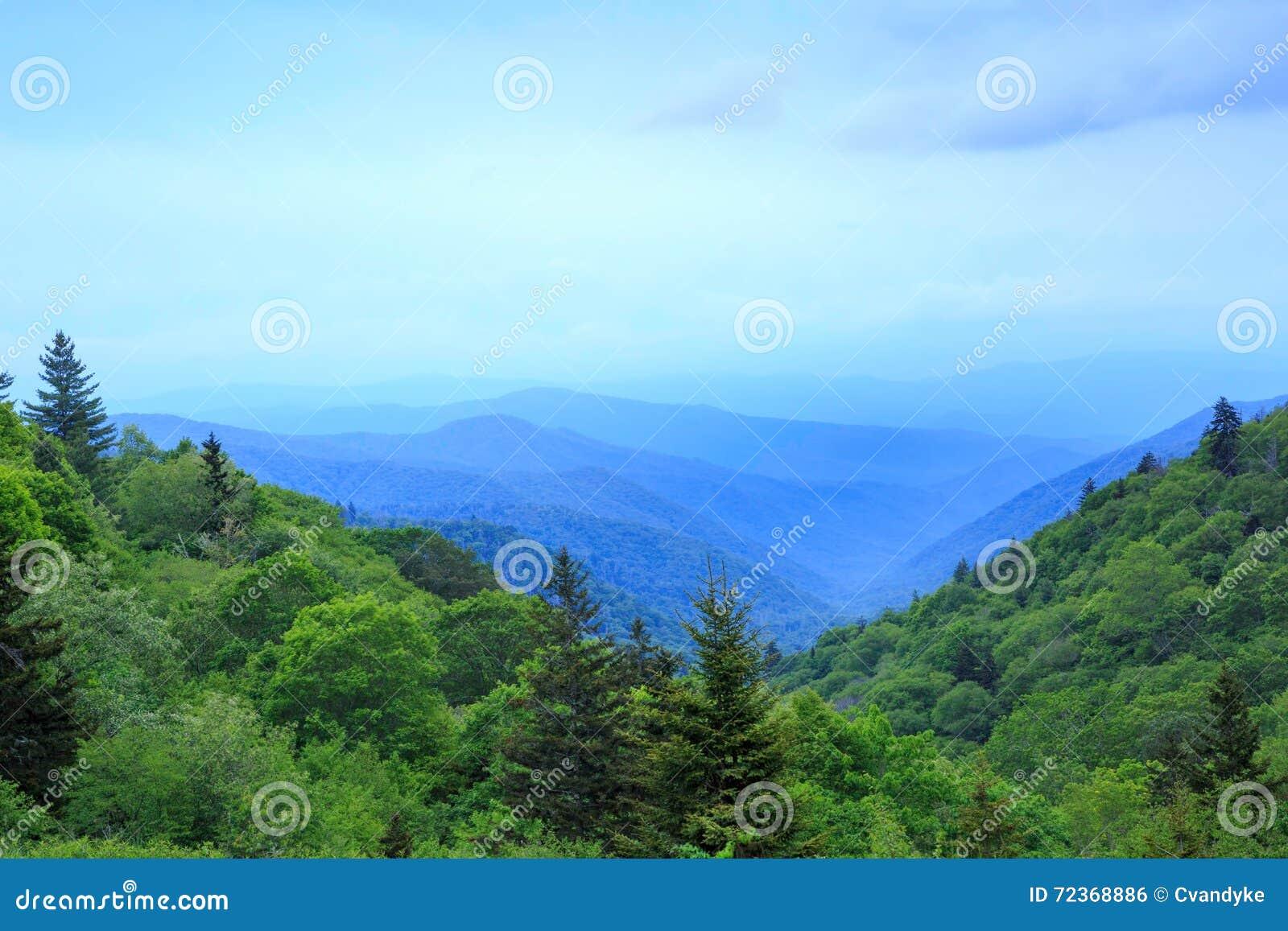 Oconaluftee谷俯视发烟性山