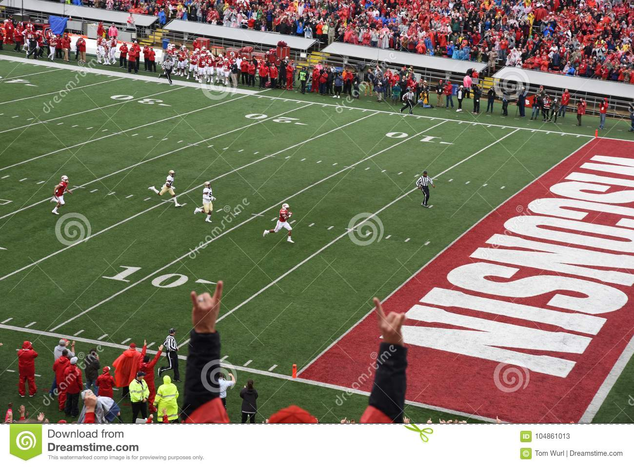 14 octobre 2017, camp Randall Stadium, Madison, le Wisconsin Running back Jonathan Taylor About To Score un touchdown pour le Wis