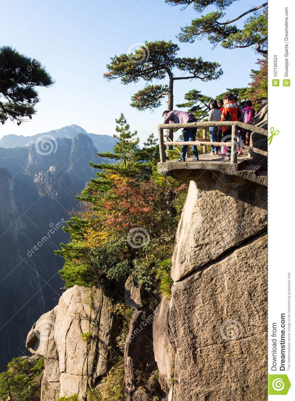 Octobre 2014 - Huangshan, Chine - touristes dans Grand Canyon de la mer occidentale sur le Mt Huangshan