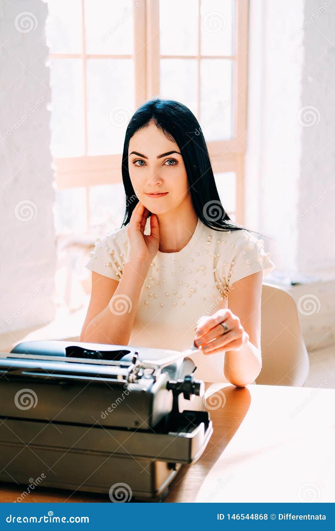Ocupaci?n profesional Secretaria en documentos que mecanograf?an del vestido blanco