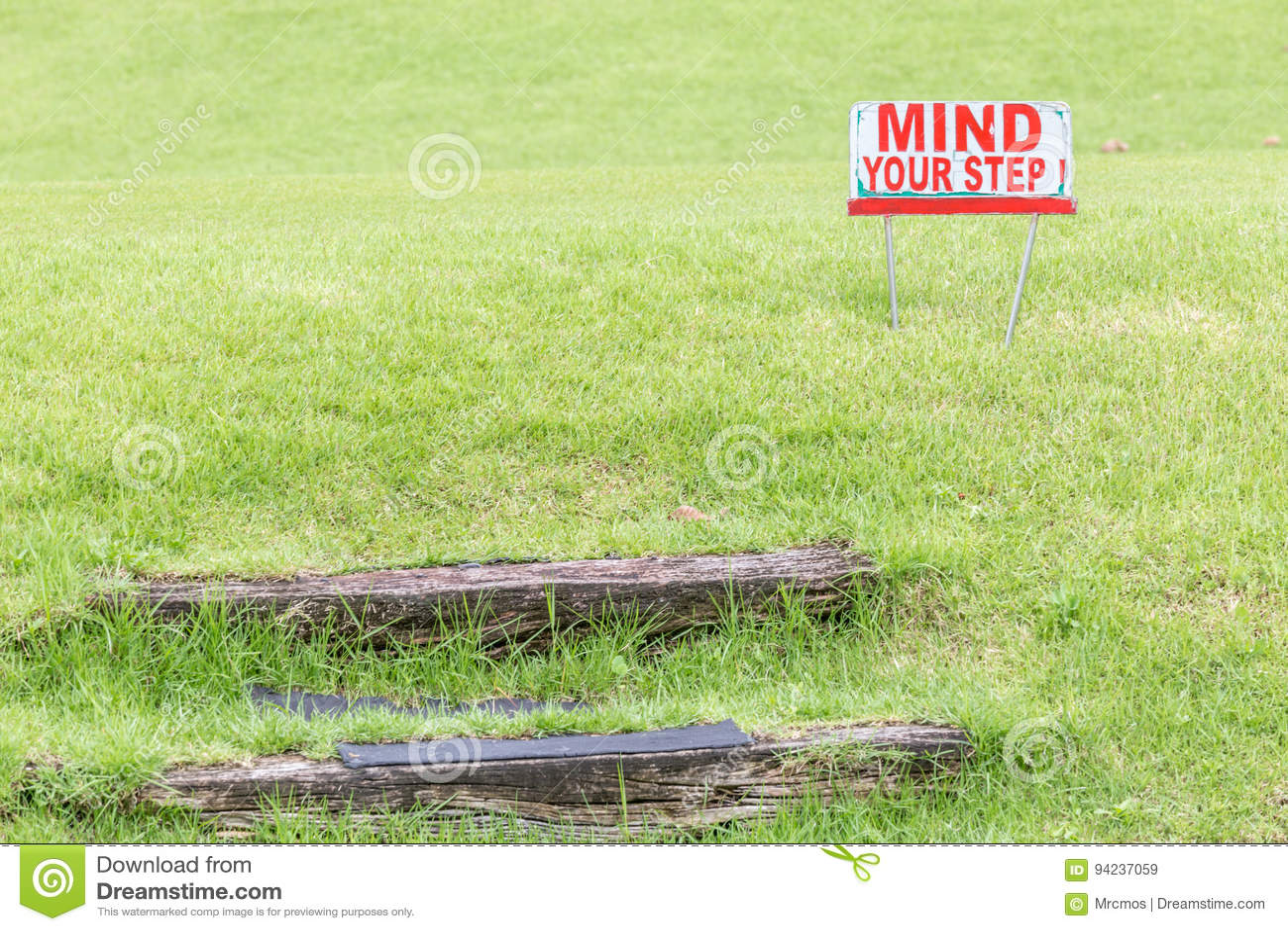 Ocupe-se de seu sinal de aviso da etapa alertar sobre de etapas de madeira naturais