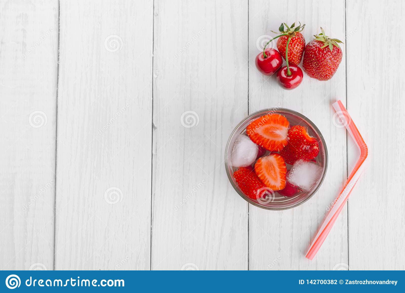 Odświeżająca woda od czerwonych jagod w szkle na drewnianym stole Domowej roboty smakowici i zdrowi napoje