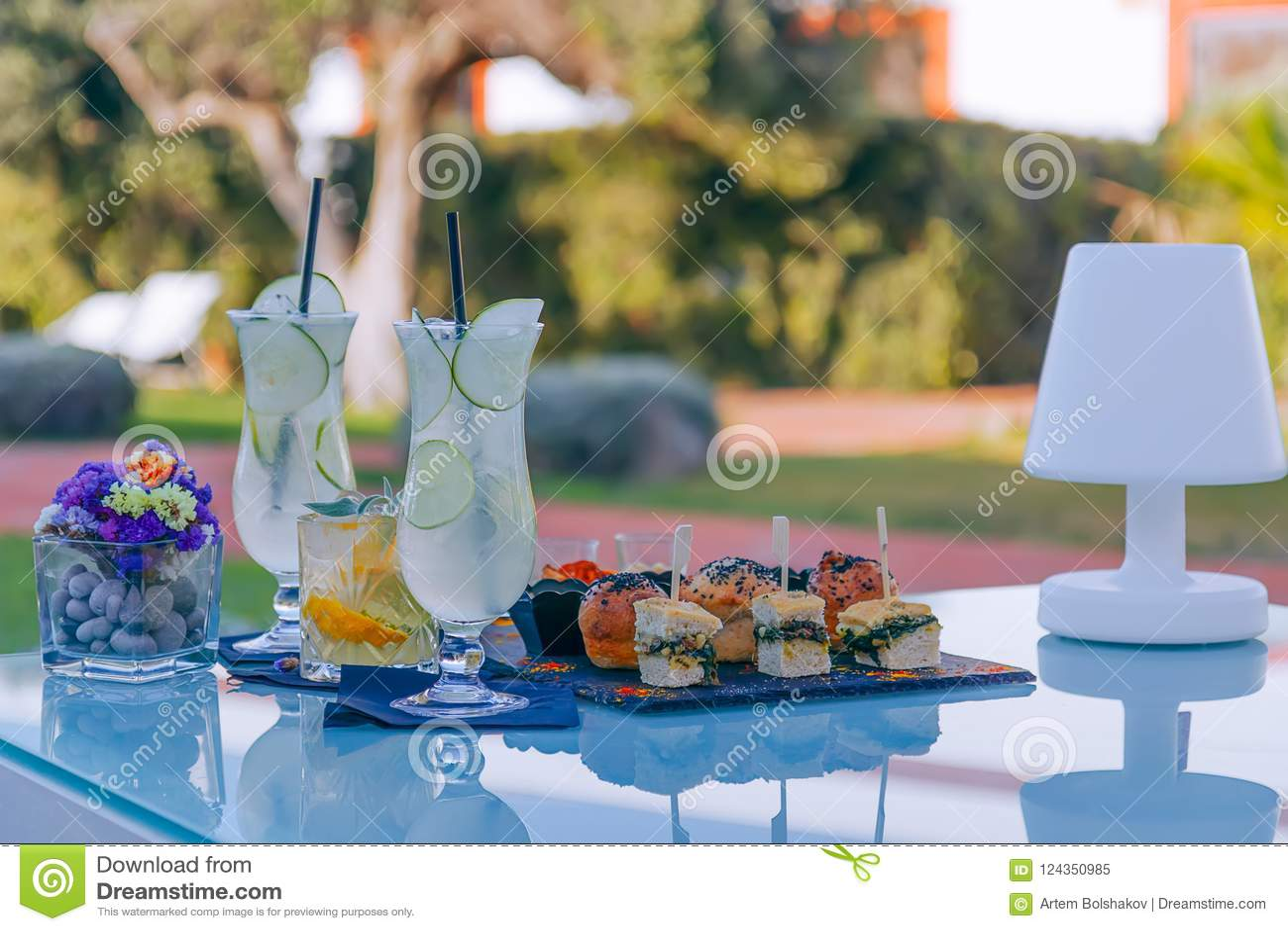 Odświeżający aperitif, lato koktajle i ręcznie robiony mini przekąski,