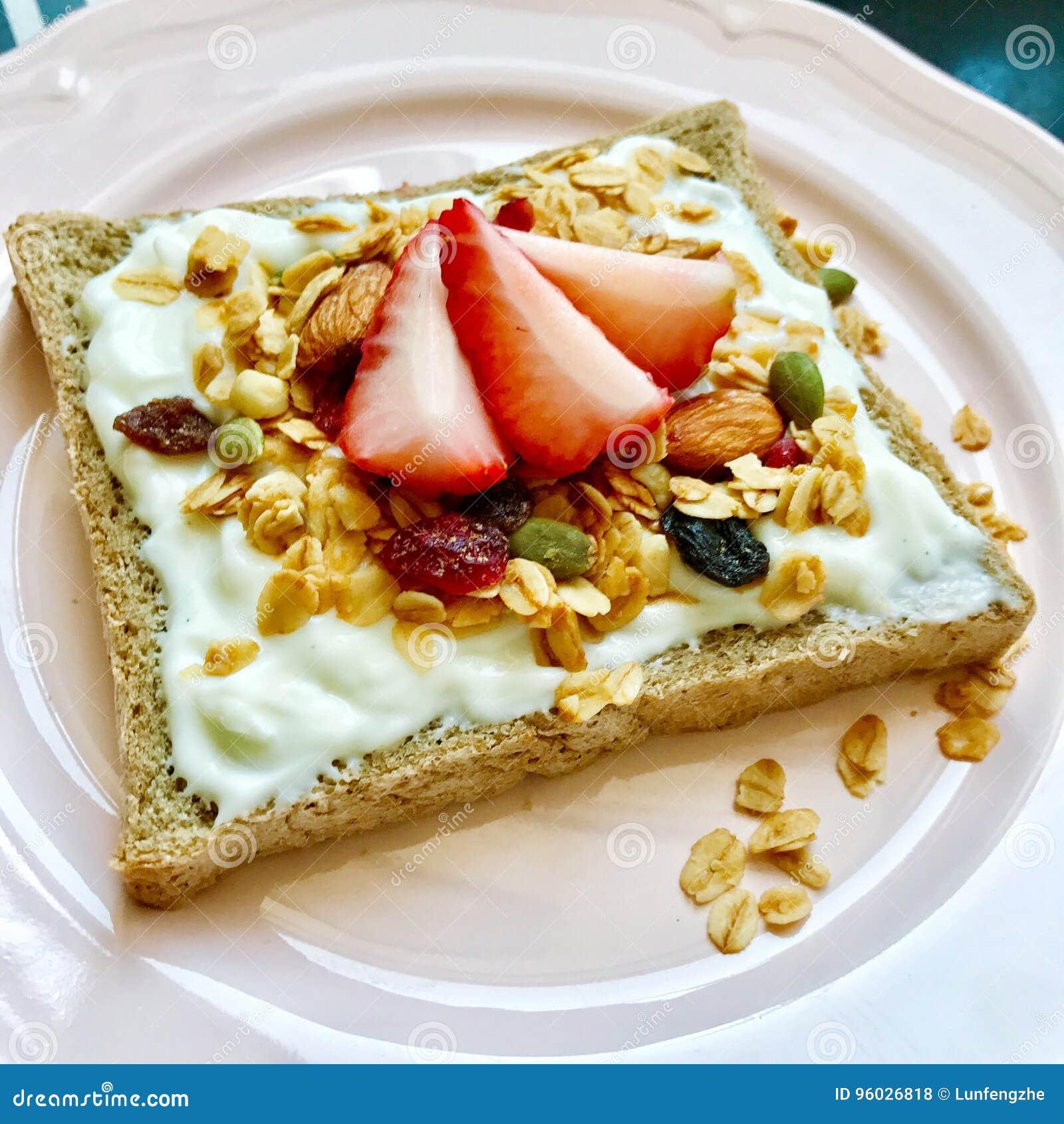 Odżywczy i wyśmienicie śniadanie z grzanki truskawką i grzanką,