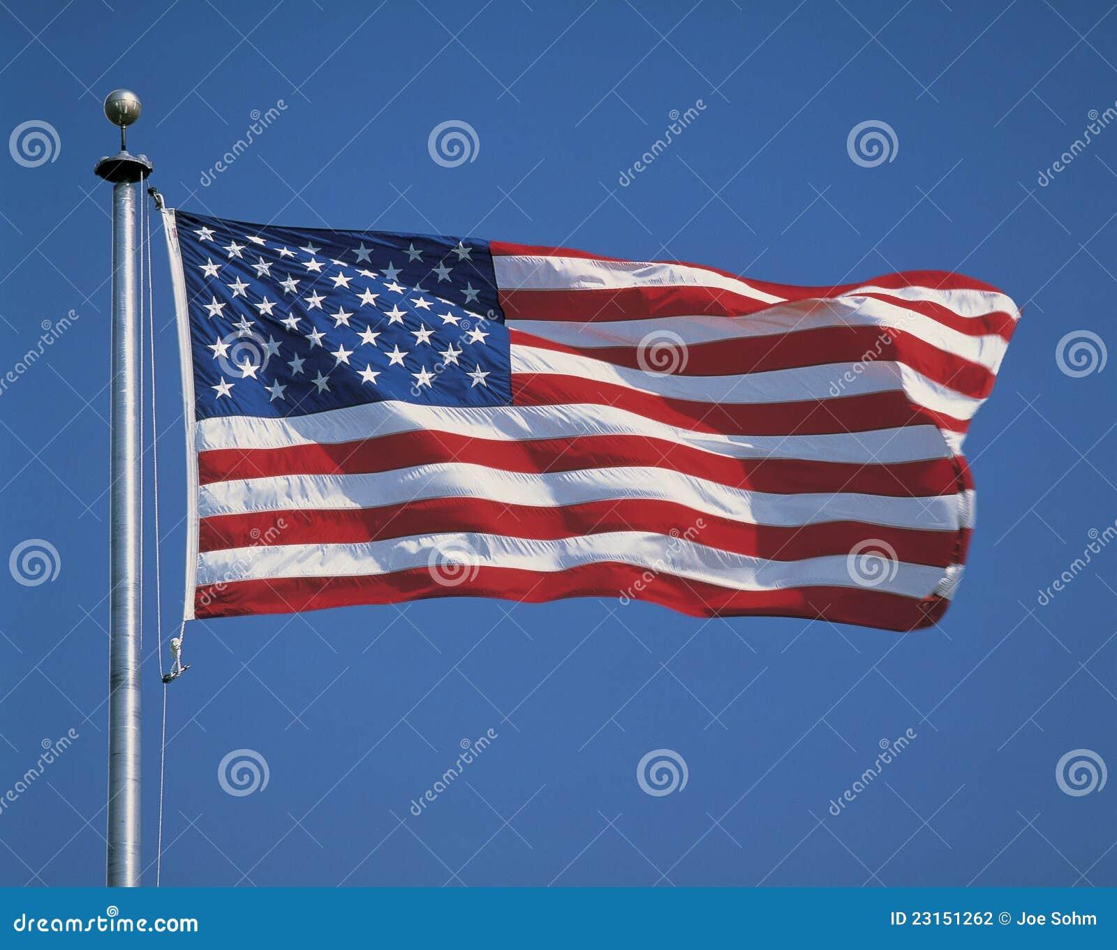 Od flagpole flaga amerykańskiej latanie