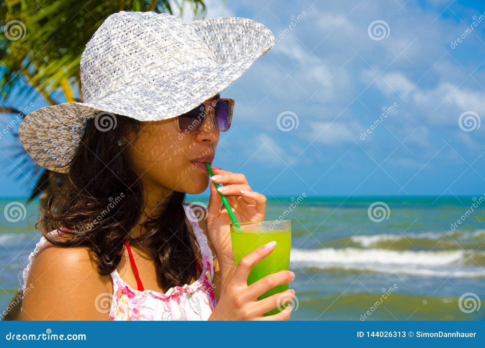 Od?wie?aj?cy koktajl przy pla?? w Belize raju wybrze?e - odtwarzanie w tropikalnym miejsce przeznaczenia dla wakacje -