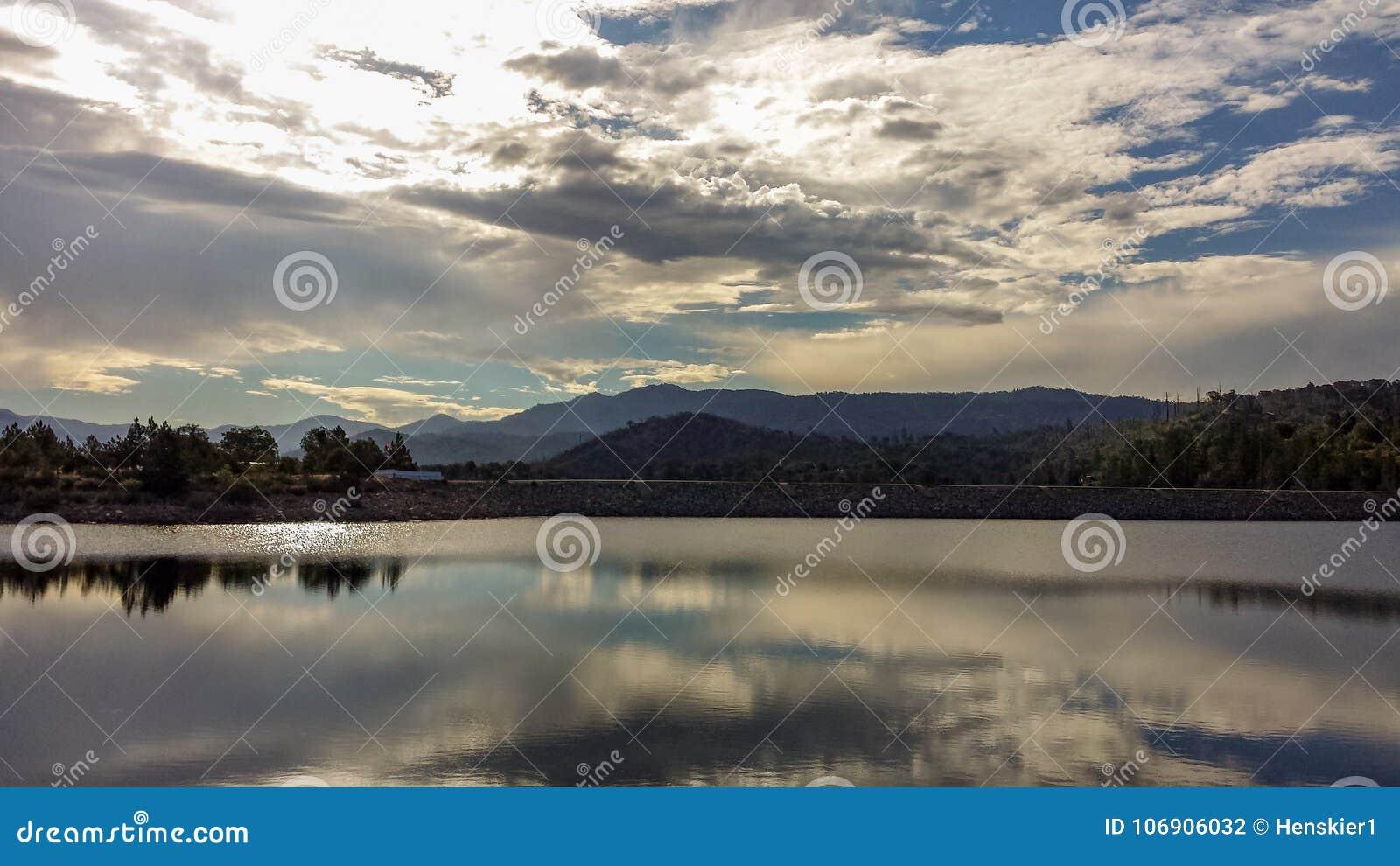 Odbicia na Papoose jeziorze W Południowym Kalifornia