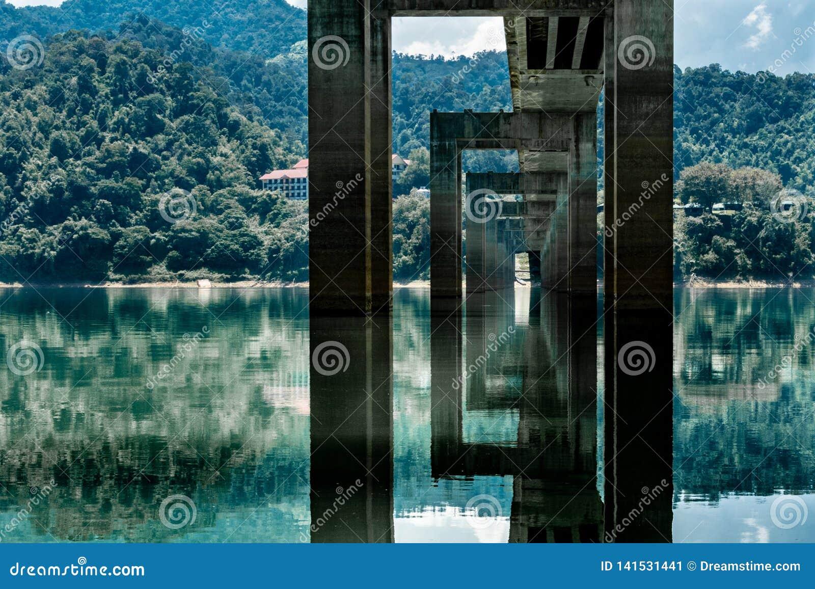 Odbicia pod mostem w Malezja