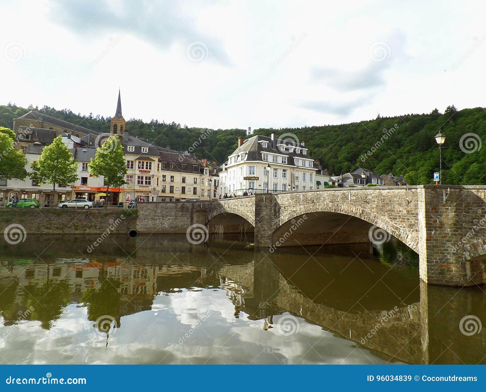 Odbicia stary kamienia most i roczników budynki na Semois rzece przy Bouillon