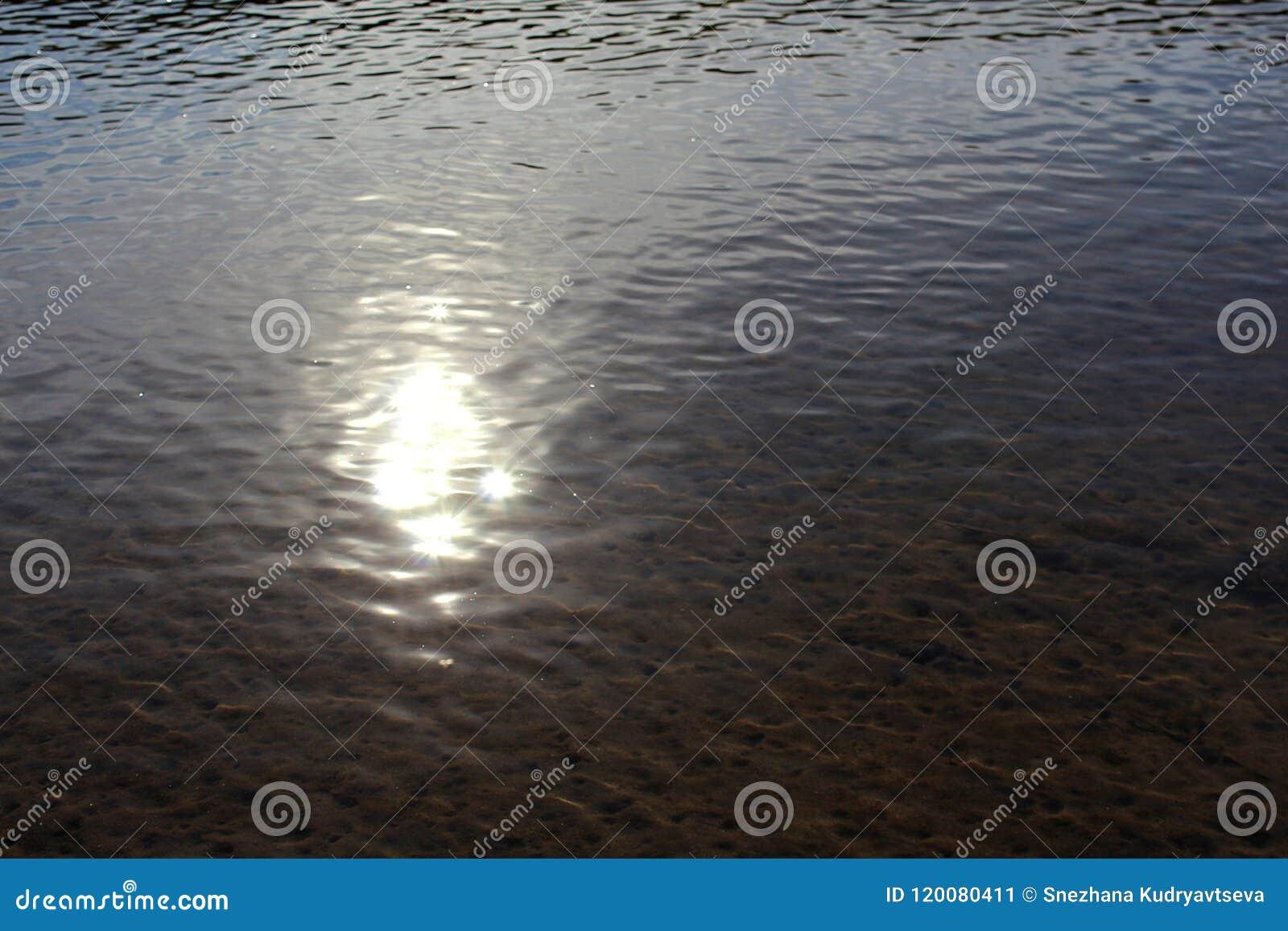 Odbicie światło słoneczne na powierzchni woda