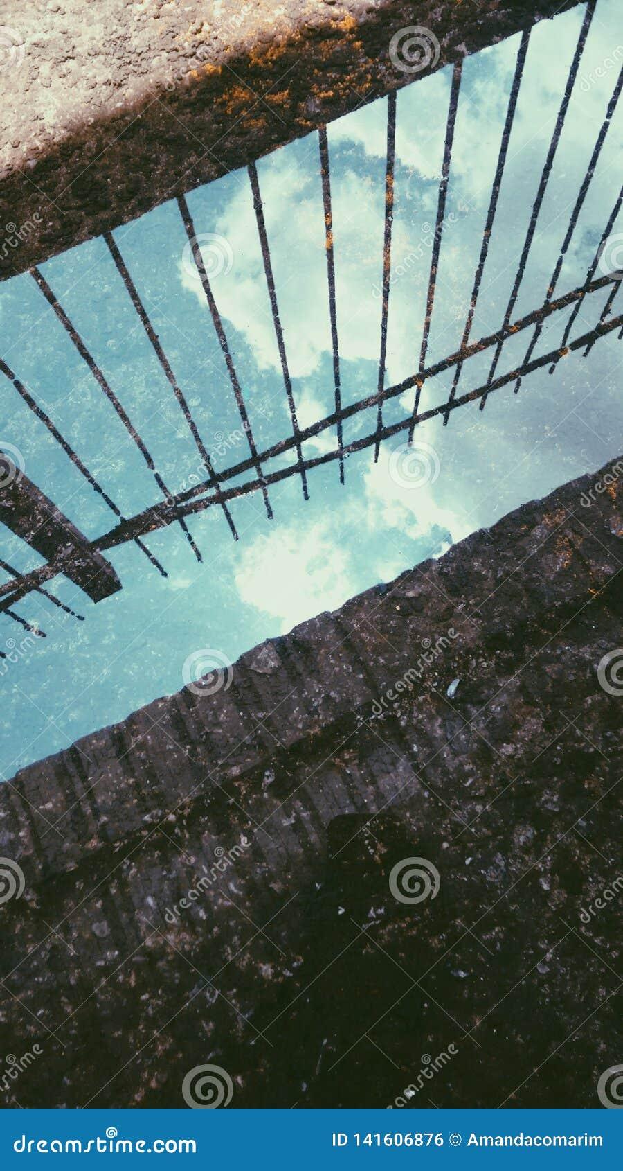 Odbicie niebieskie niebo z chmurami robić wodą