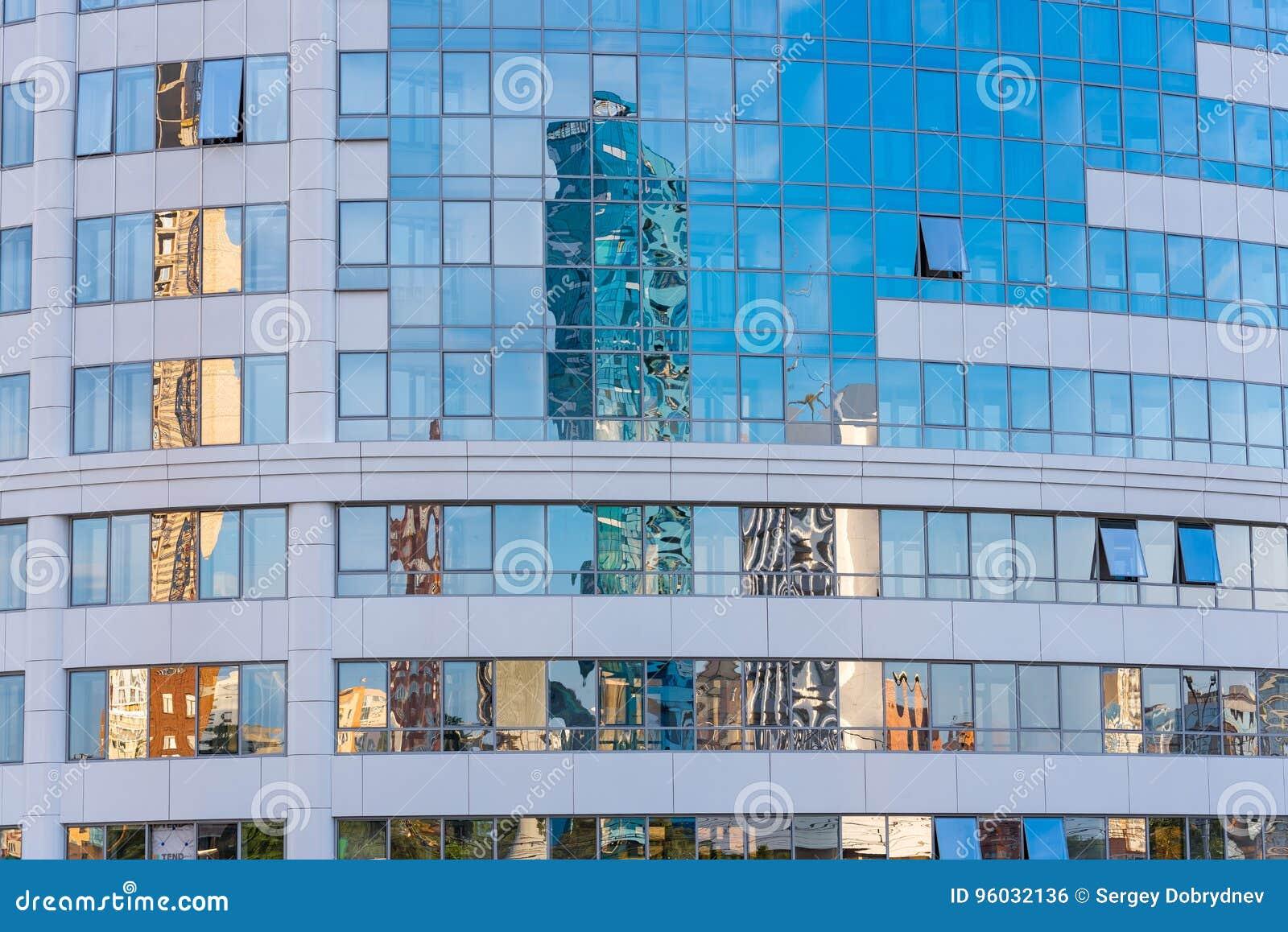 Odbicie w lustrzanej fasadzie kondygnacja budynek