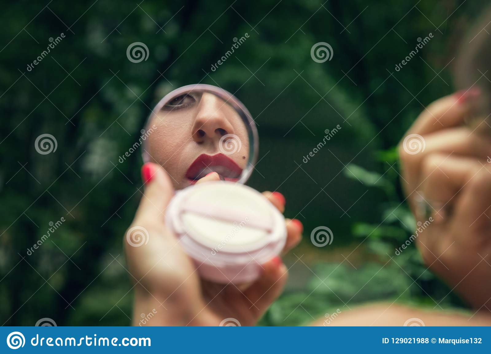 Odbicie wargi w lustrze układ który dziewczyny barwidło z czerwoną pomadką, Zielony park na tle