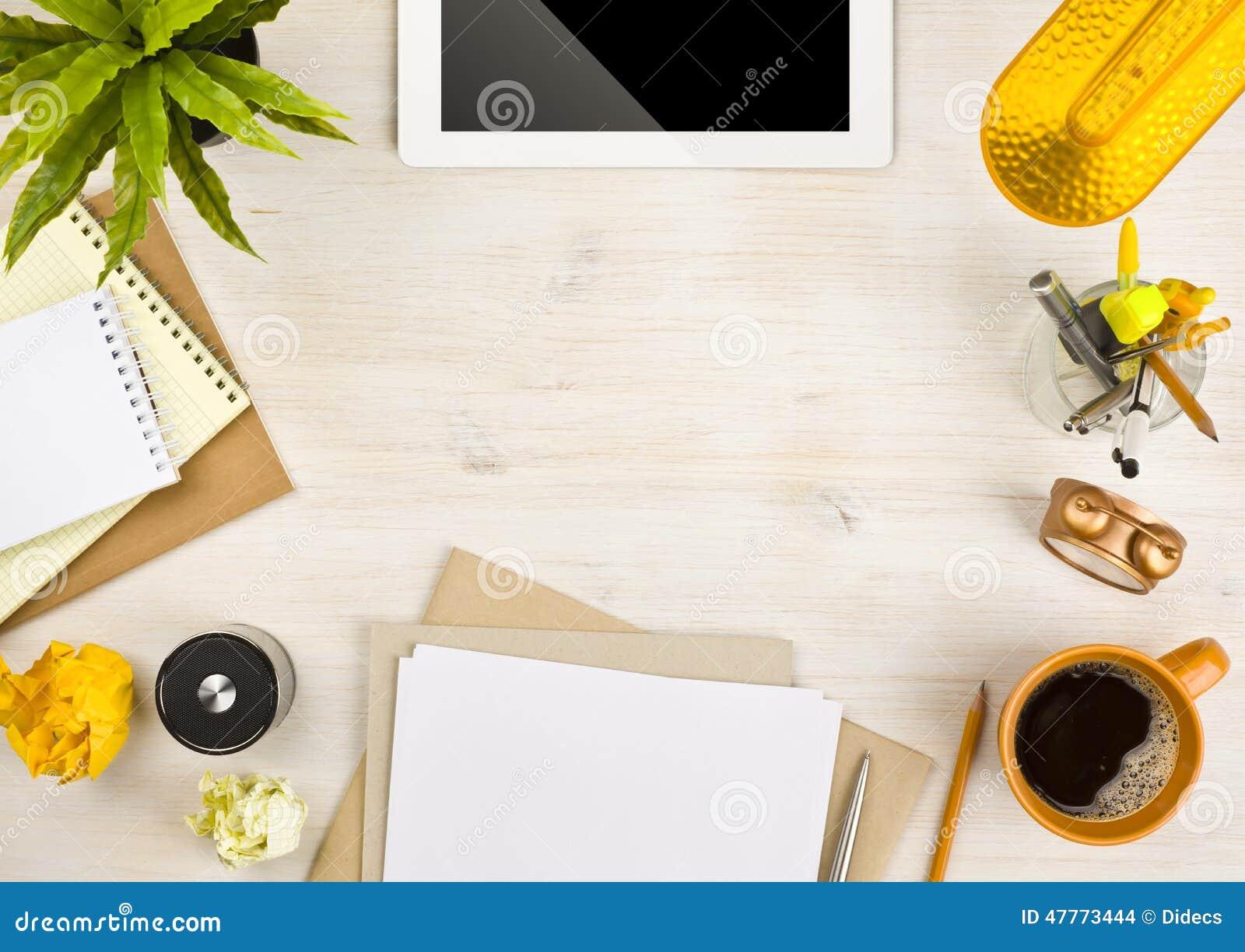 Odbitkowy przestrzeni, papieru, materiały i pastylki komputer na drewnianym tle,