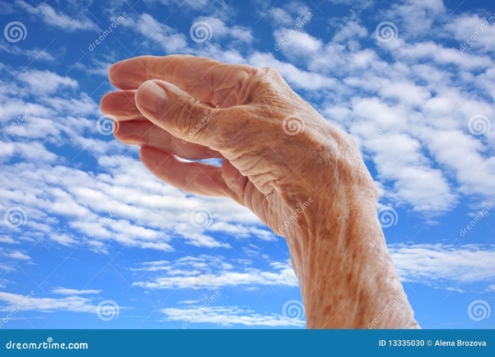 Oddająca s starsza nieba kobieta