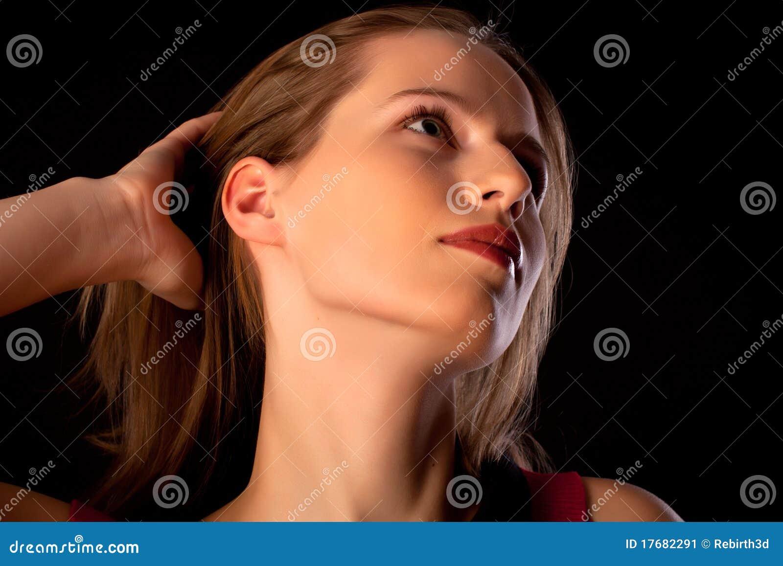 Oddalonej dziewczyny kierowniczy przyglądający portret dosyć