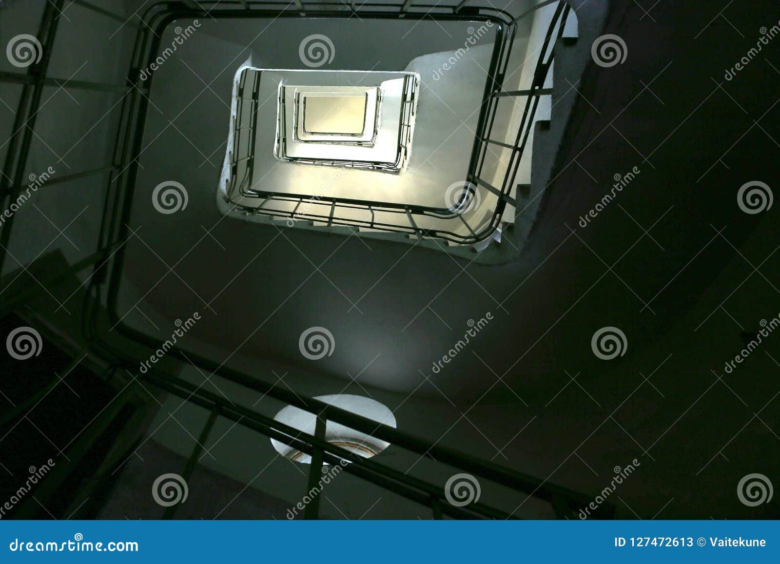 Oddolny ślimakowaty rocznika schody w starym budynku od dna