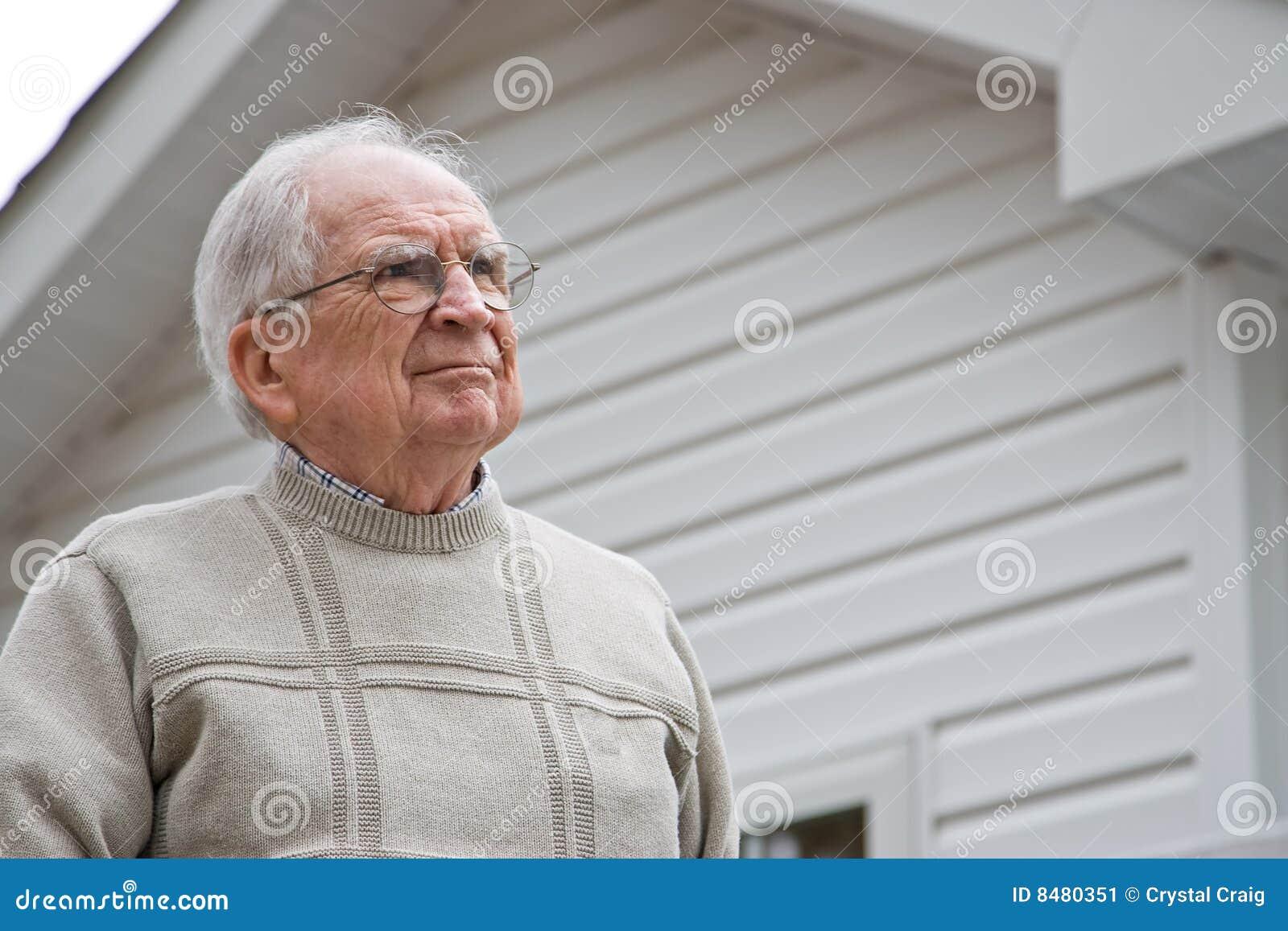 Oddolny mężczyzna przyglądający senior