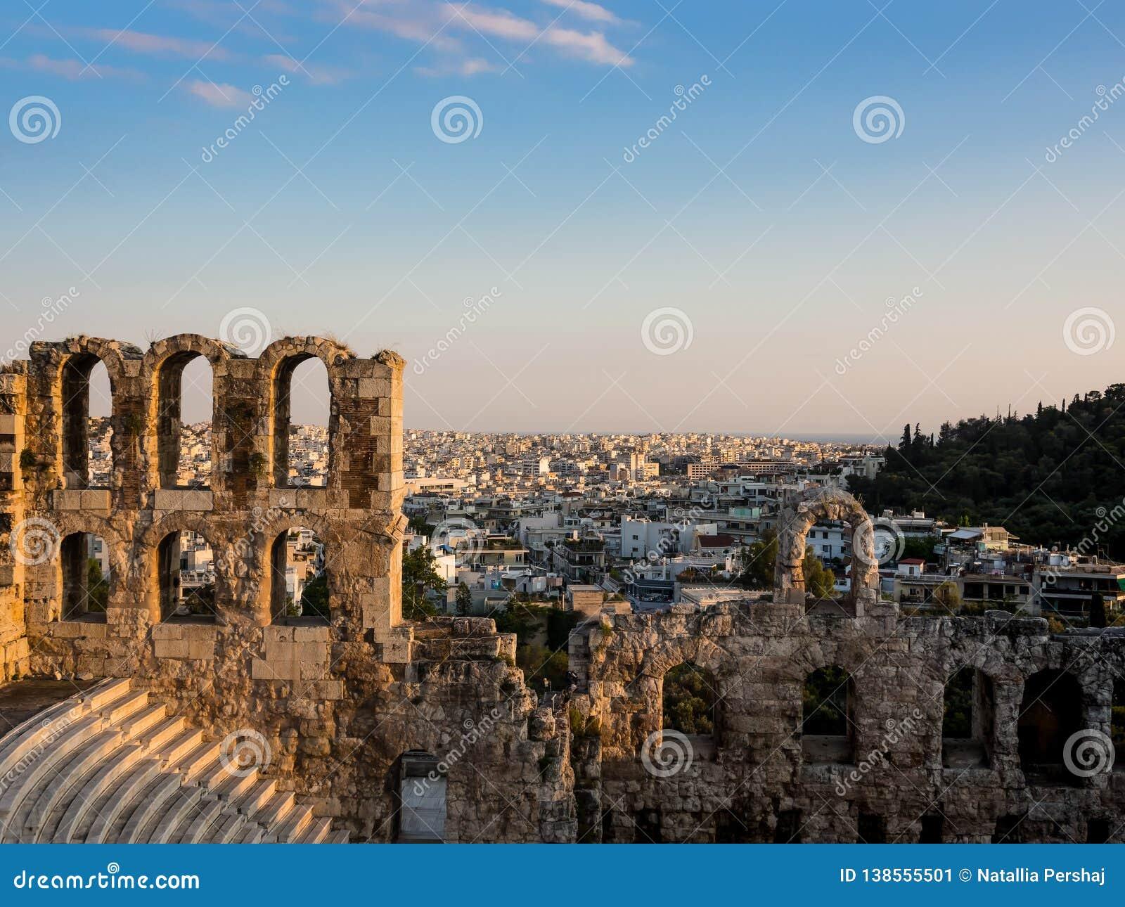 Odeon do Atticus, dos arcos e das fileiras de Herodes dos assentos da inclinação do sul da acrópole em Atenas, Grécia na luz suav