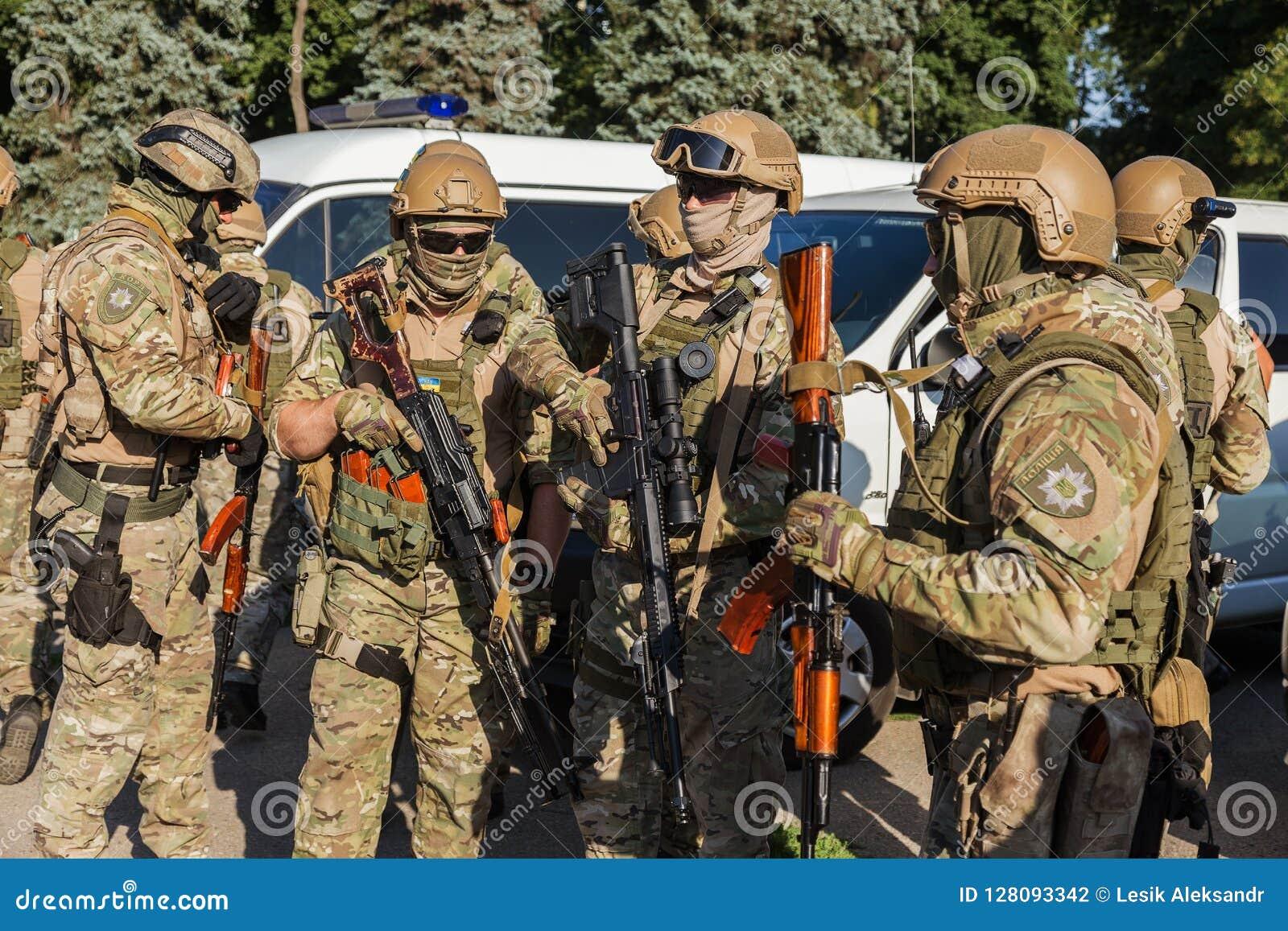 ODESSA, de OEKRAÏNE - Augustus 1, 2018: De speciale krachten van de Oekraïense politie in de rangen in volledig gevecht vormen zi