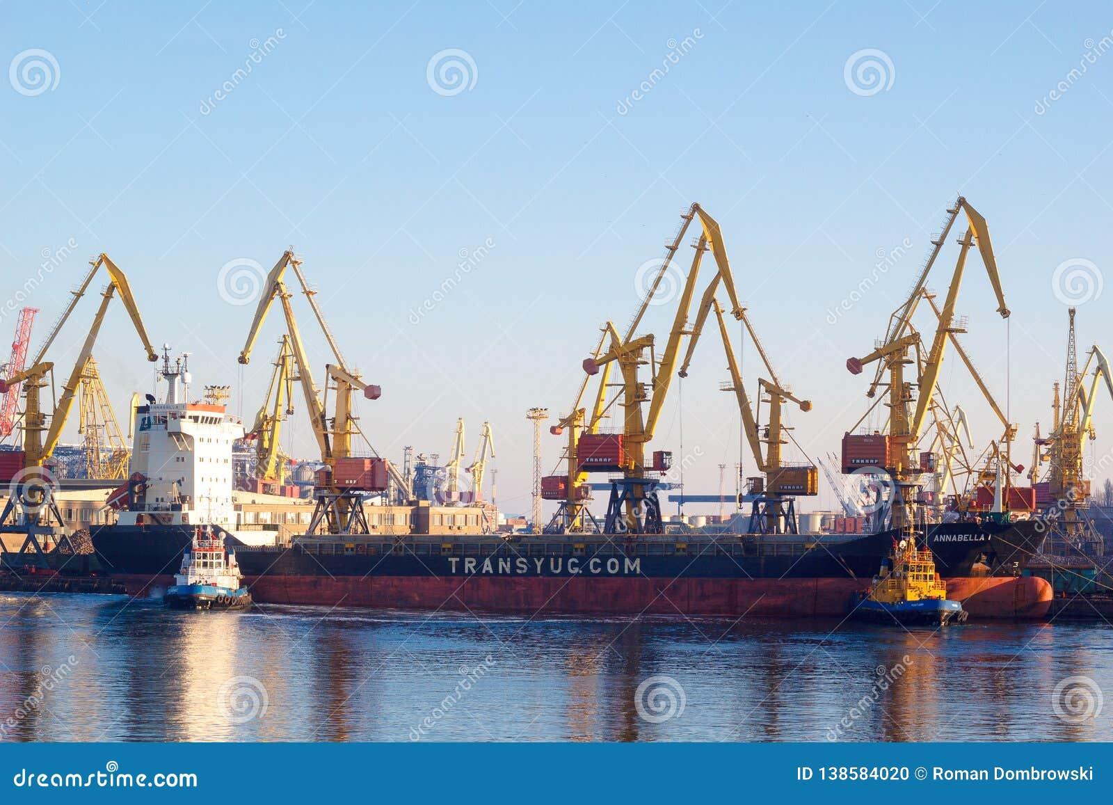 Odessa - Ucrânia: 2 de janeiro de 2017: Uma embarcação marinha do pesado-elevador é acompanhada por um barco dos reboquees fora d