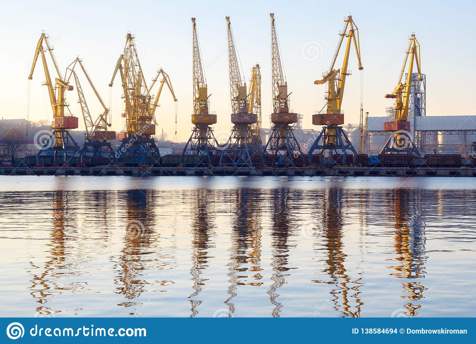 Odessa, Ucraina - Januadry 02, 2017: Le gru in terminale del porto del carico, gru del contenitore del carico hanno riflesso in a