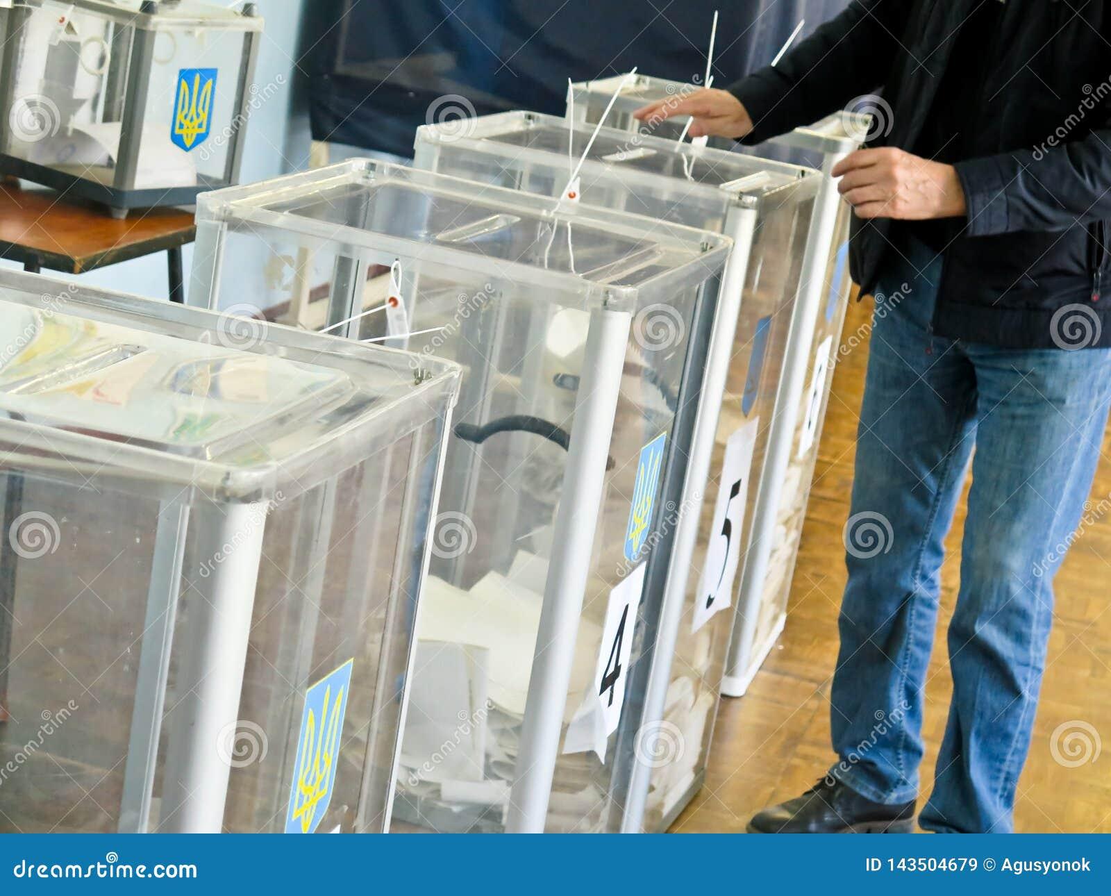 Odessa, Ucrania - 31 de marzo de 2019: lugar para la gente de votantes de votación en las elecciones políticas nacionales en Ucra