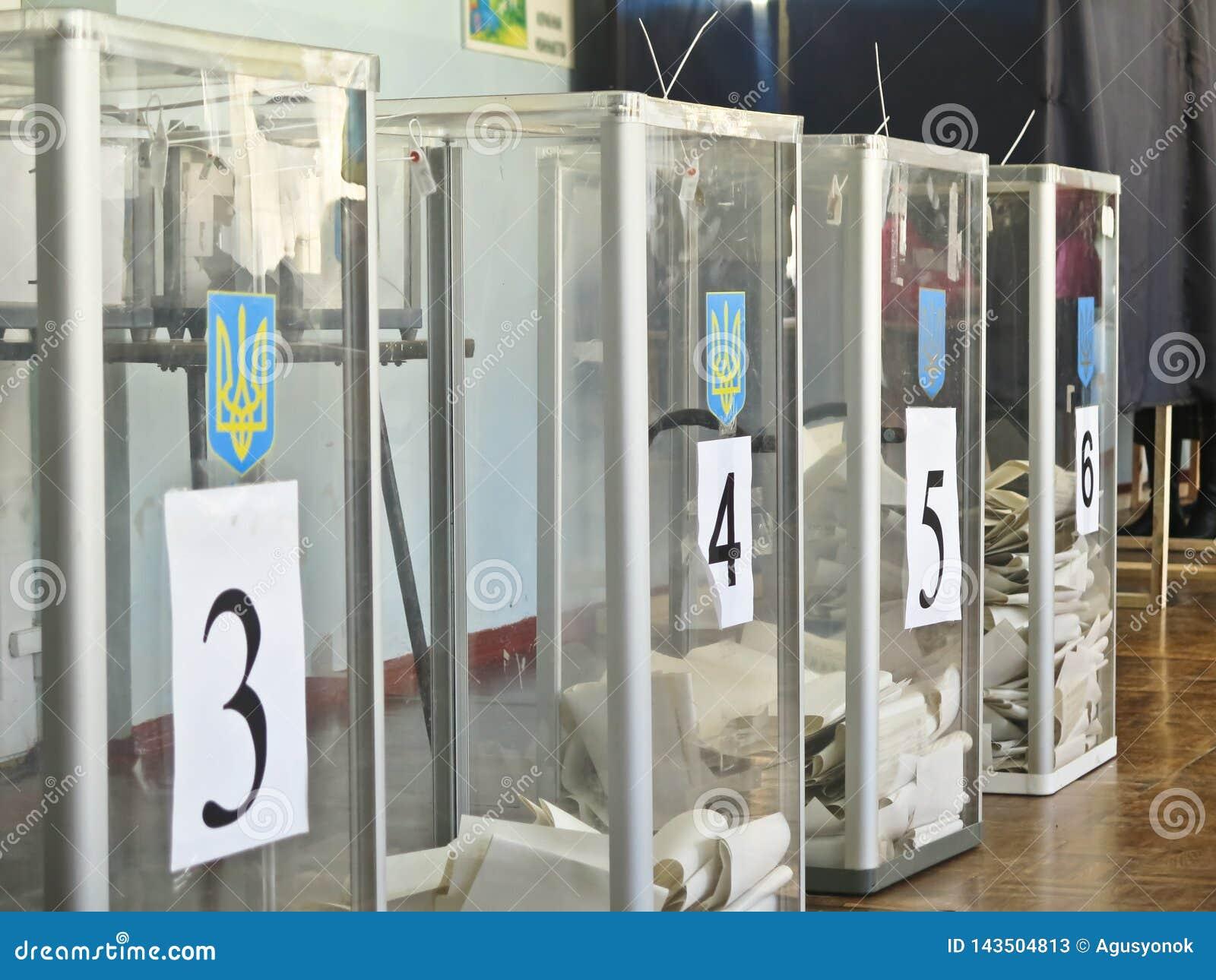 Odessa, Ukraina - 31 Marzec 2019: miejsce dla ludzi g?osowa? wyborc?w w krajowych politycznych wyborach w Ukraina Tajnego g?osowa