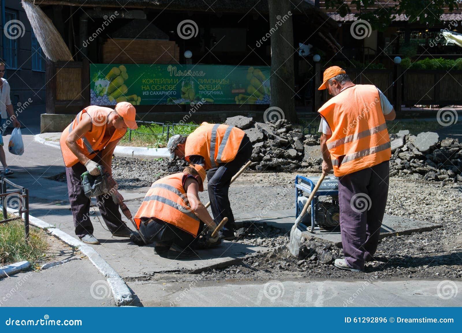 Odessa, Ukraina Sierpień 15, 2015: - naprawa asfaltowi bruki a