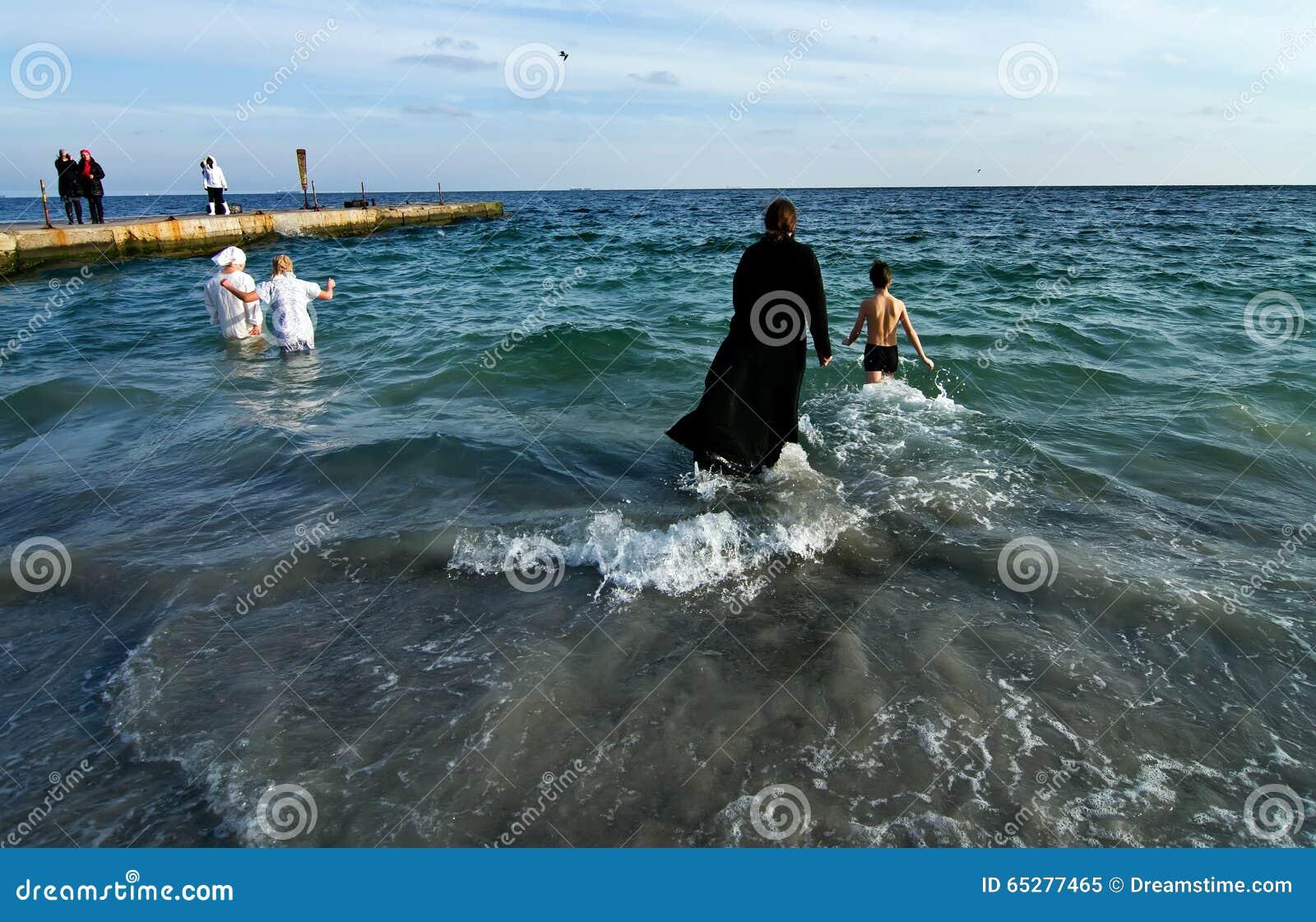Odessa, Ukraina STYCZEŃ 19, 2012: --: Peopls dopłynięcie w lodzie - zimnej wody Czarny morze podczas objawienia pańskiego (Święty