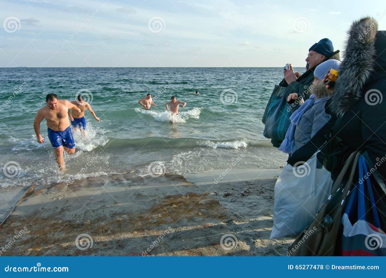 Odessa, Ukraina STYCZEŃ 19, 2012: --: Peopls dopłynięcie w lodzie - zimnej wody Czarny morze podczas objawienia pańskiego w O (Św