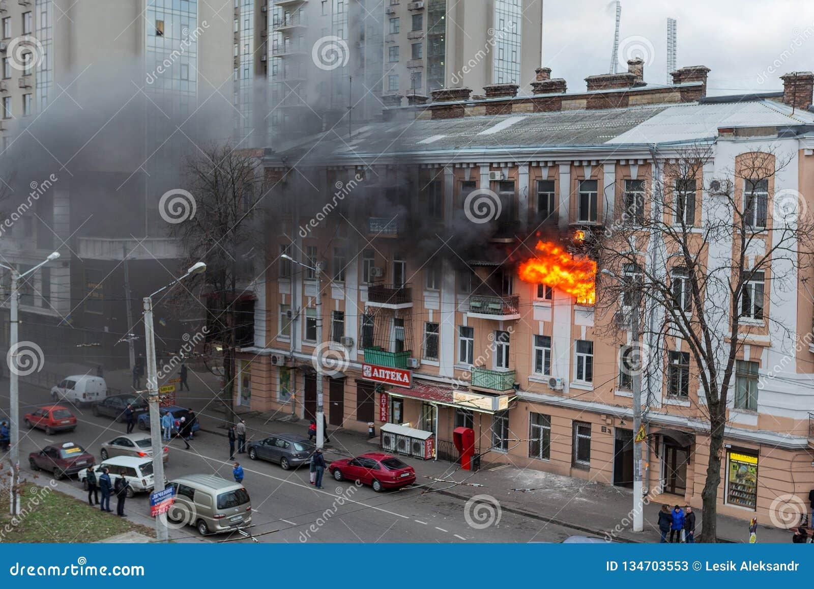 Odessa, Ukraine - 29 décembre 2016 : Un feu dans un immeuble Lumière et clubs lumineux forts, fenêtre de nuages de fumée de leur