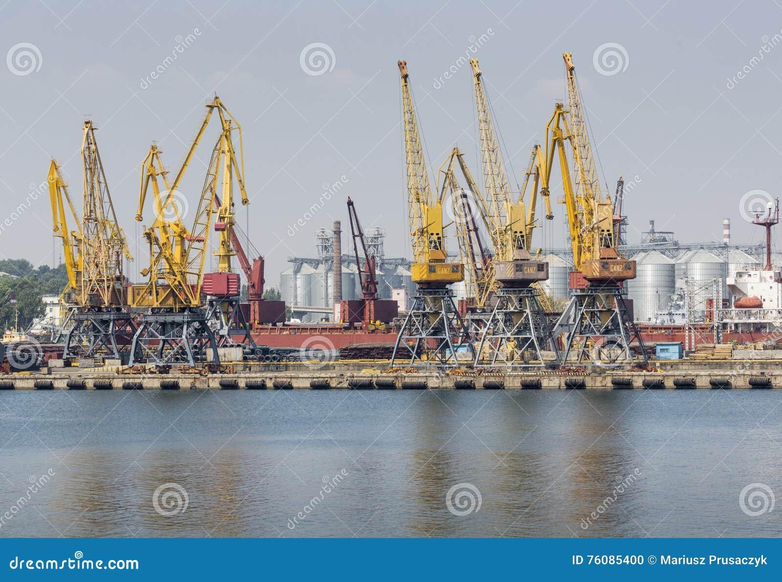 Odessa, Ukraine - 30 juillet 2016 : Grues de récipient dans le port de cargaison