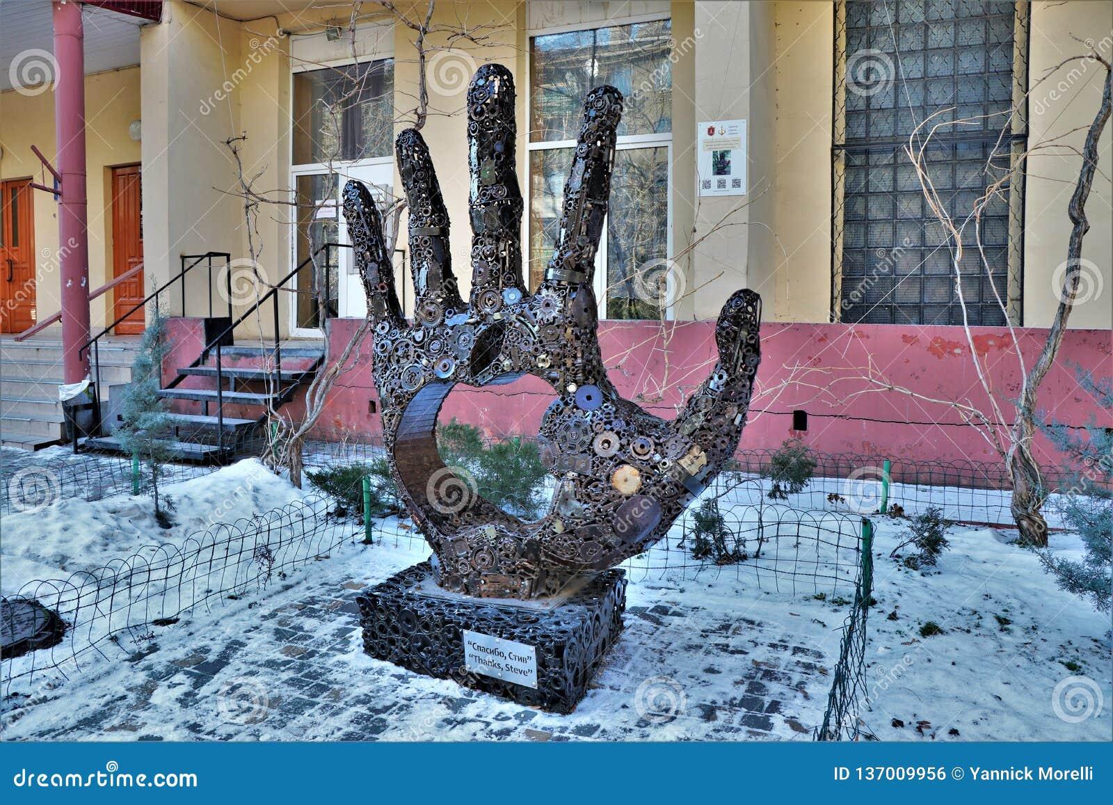 Odessa ukraine Sikt av en skulptur i heder av Steve Jobs