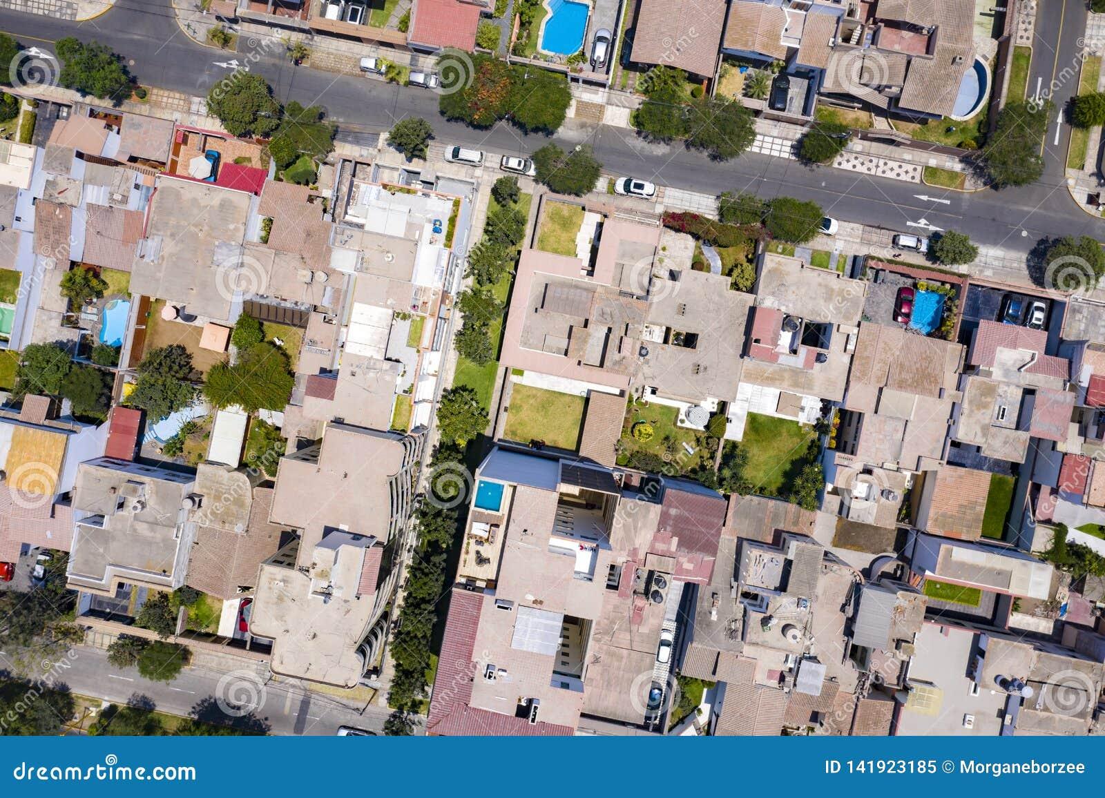 Odgórny widok domów dachy w los angeles zorzie, Miraflores okręg