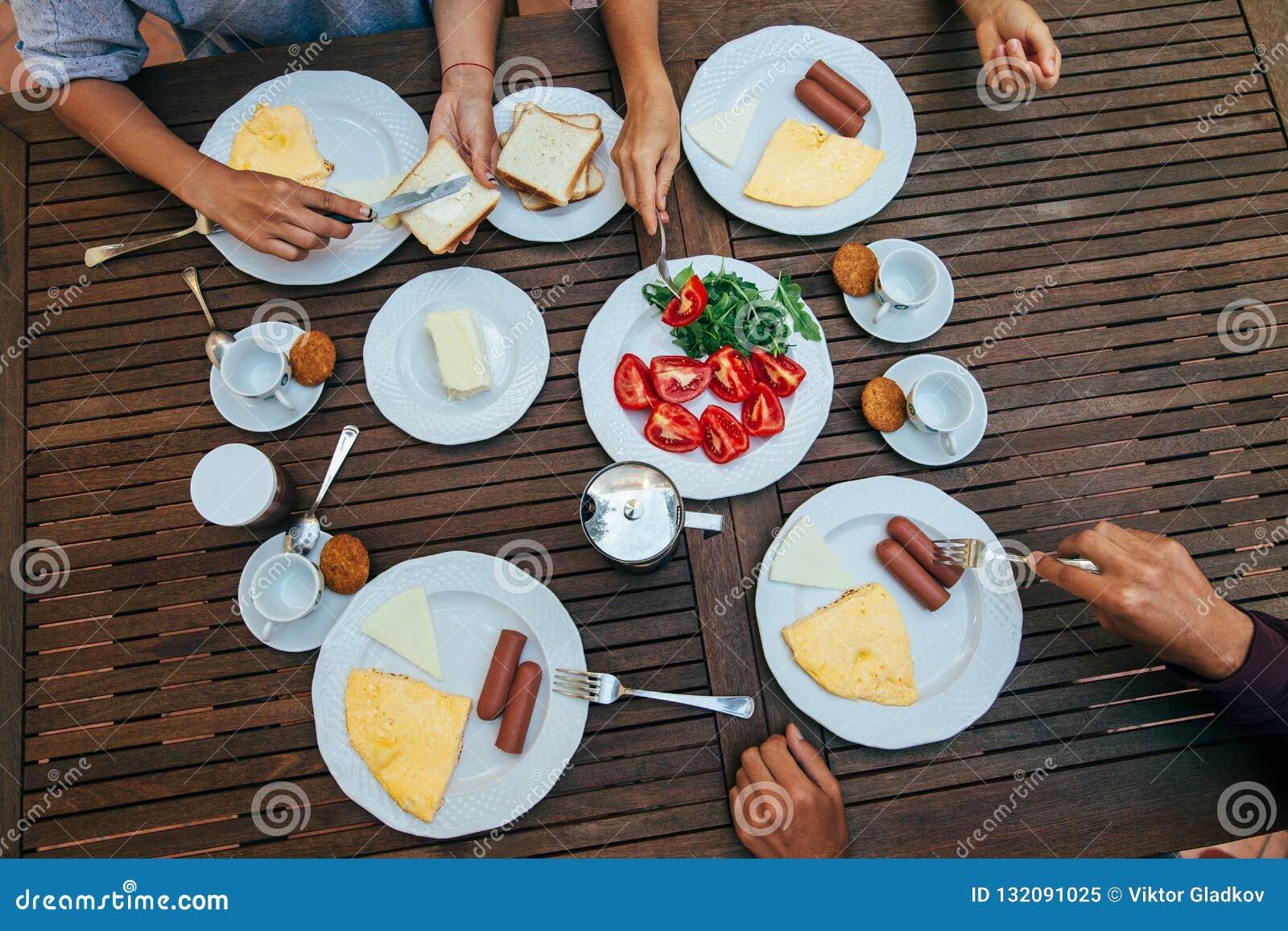 Odgórny widok grupa ludzi ma śniadanie wpólnie