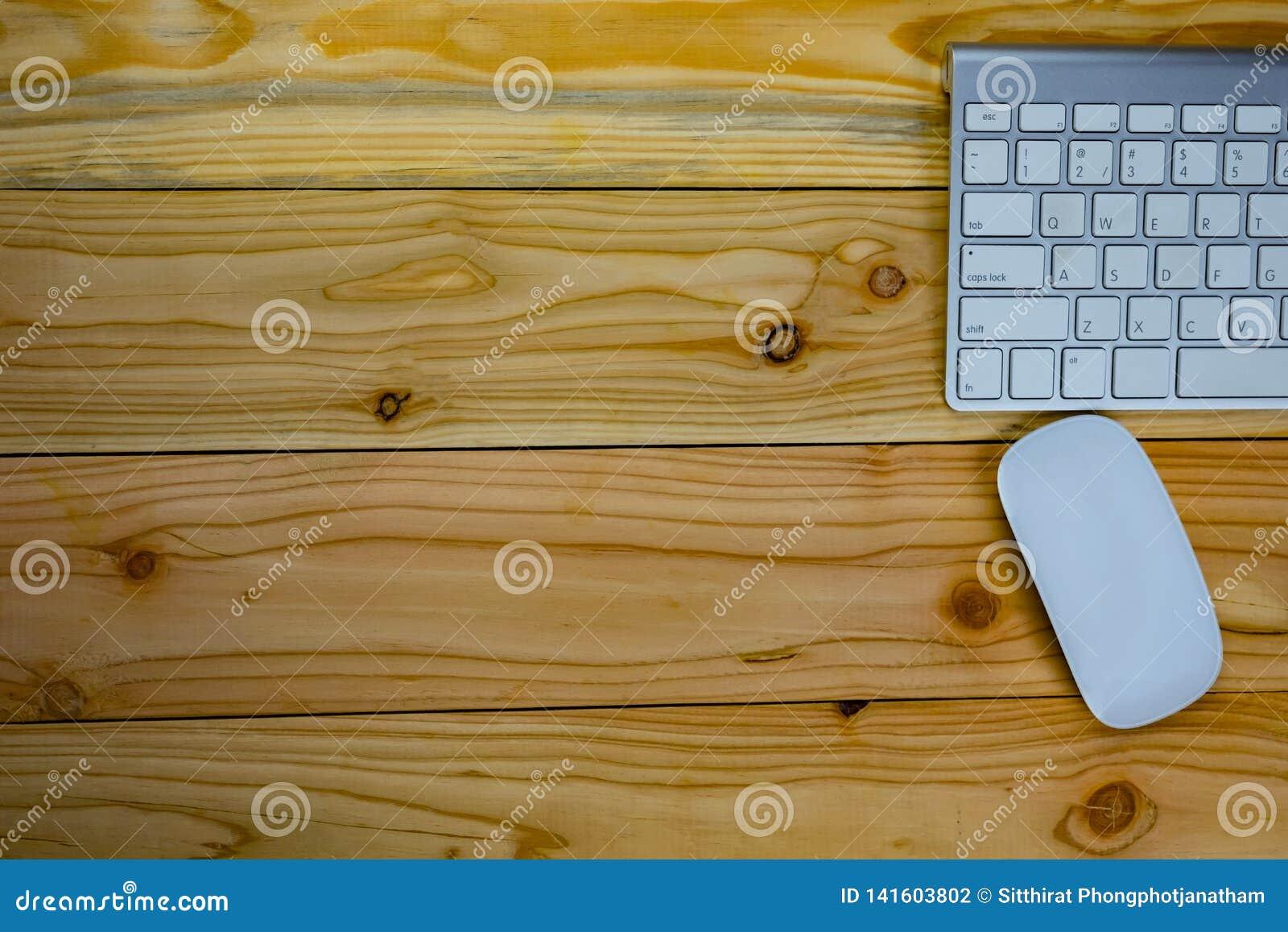 Odgórny widok pracujący biurko stół z keybord, mysz