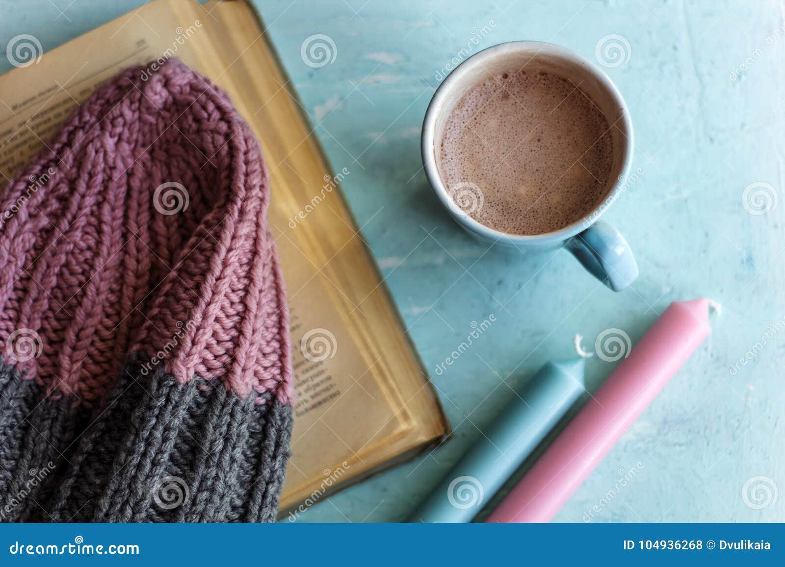 Odgórnego widoku kakaowy kapelusz i canles