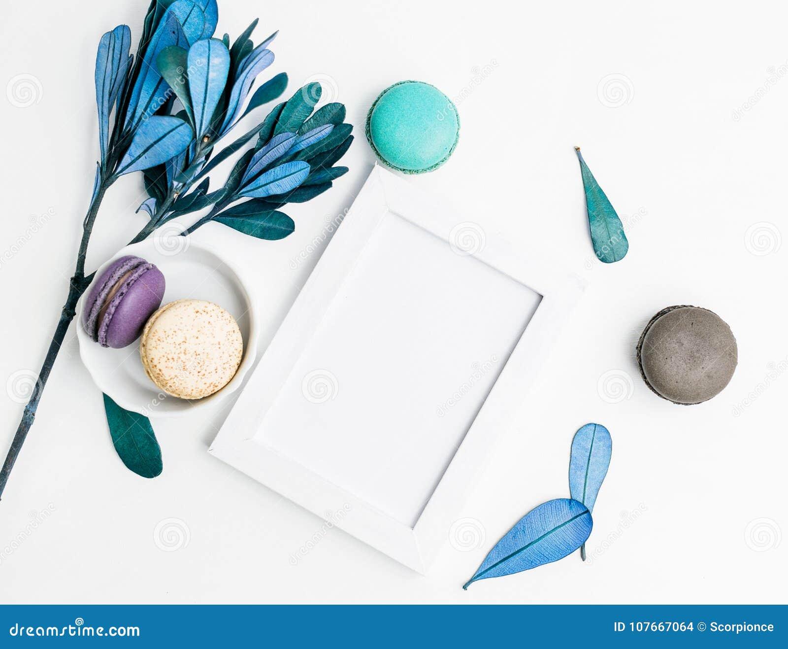 Odgórnego widoku mieszkania fotografii ramy nieatutowy Pusty mockup z macarons i błękitów liśćmi