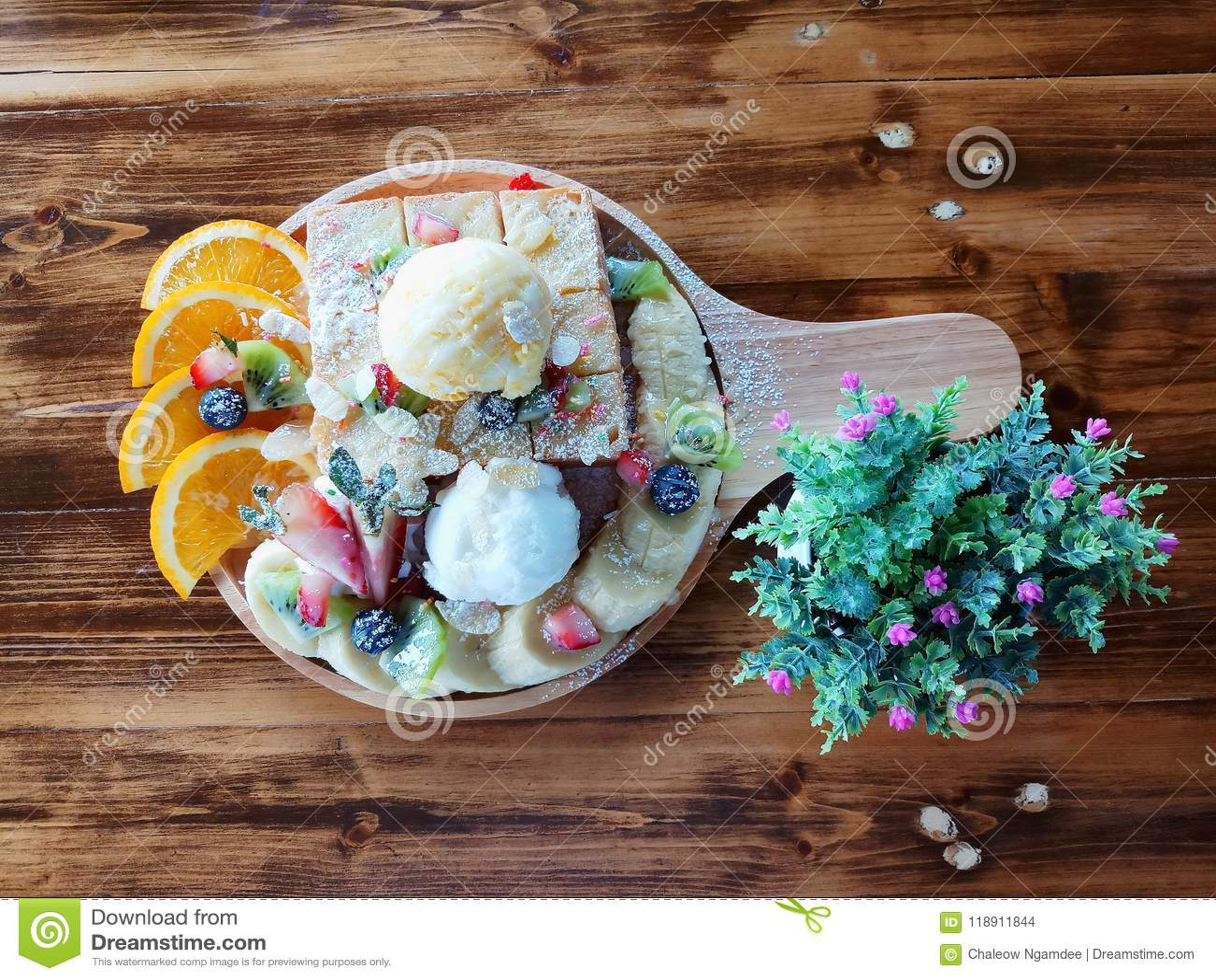 Odgórnego widoku ostrość, chleb i lody,