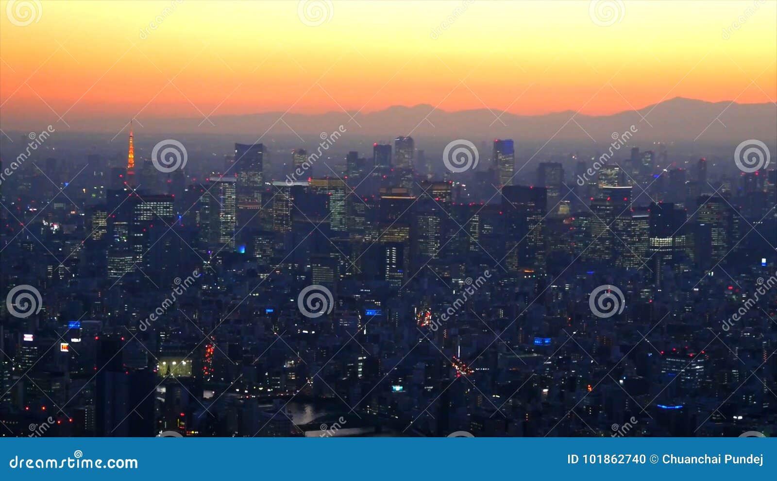 Odgórnego widoku powietrzna fotografia od latającego trutnia na pejzażu miejskiego transportu drodze i trasie