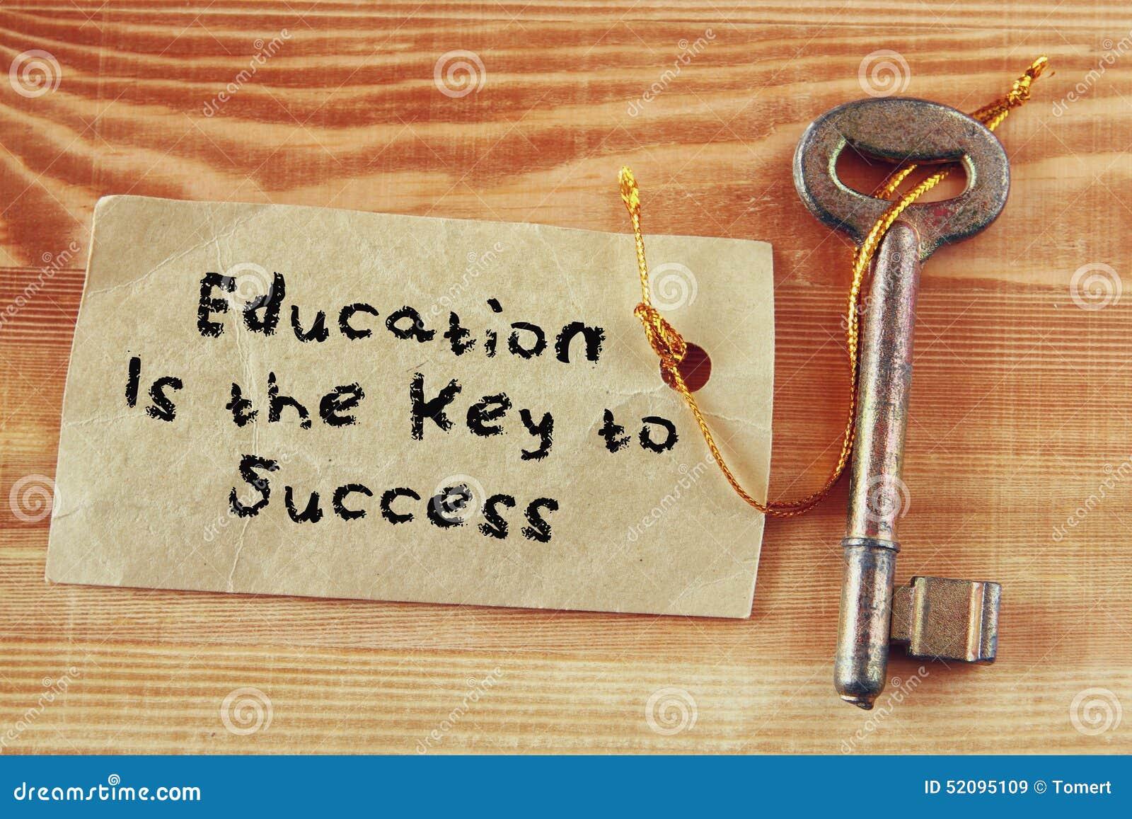 Odgórnego widoku wizerunek klucz z notatką i zwrot edukacją jest kluczem sukces