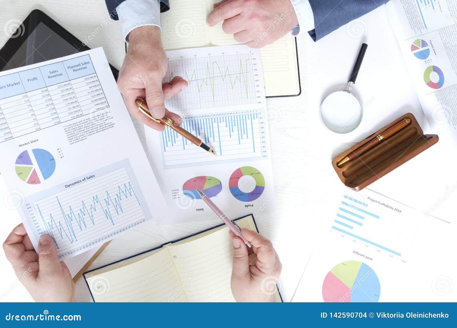 Odgórny widok biznesowy spotkanie i dyskusji pieniężna sytuacja firma Udział pieniężni dociments, bizneswoman i busi,
