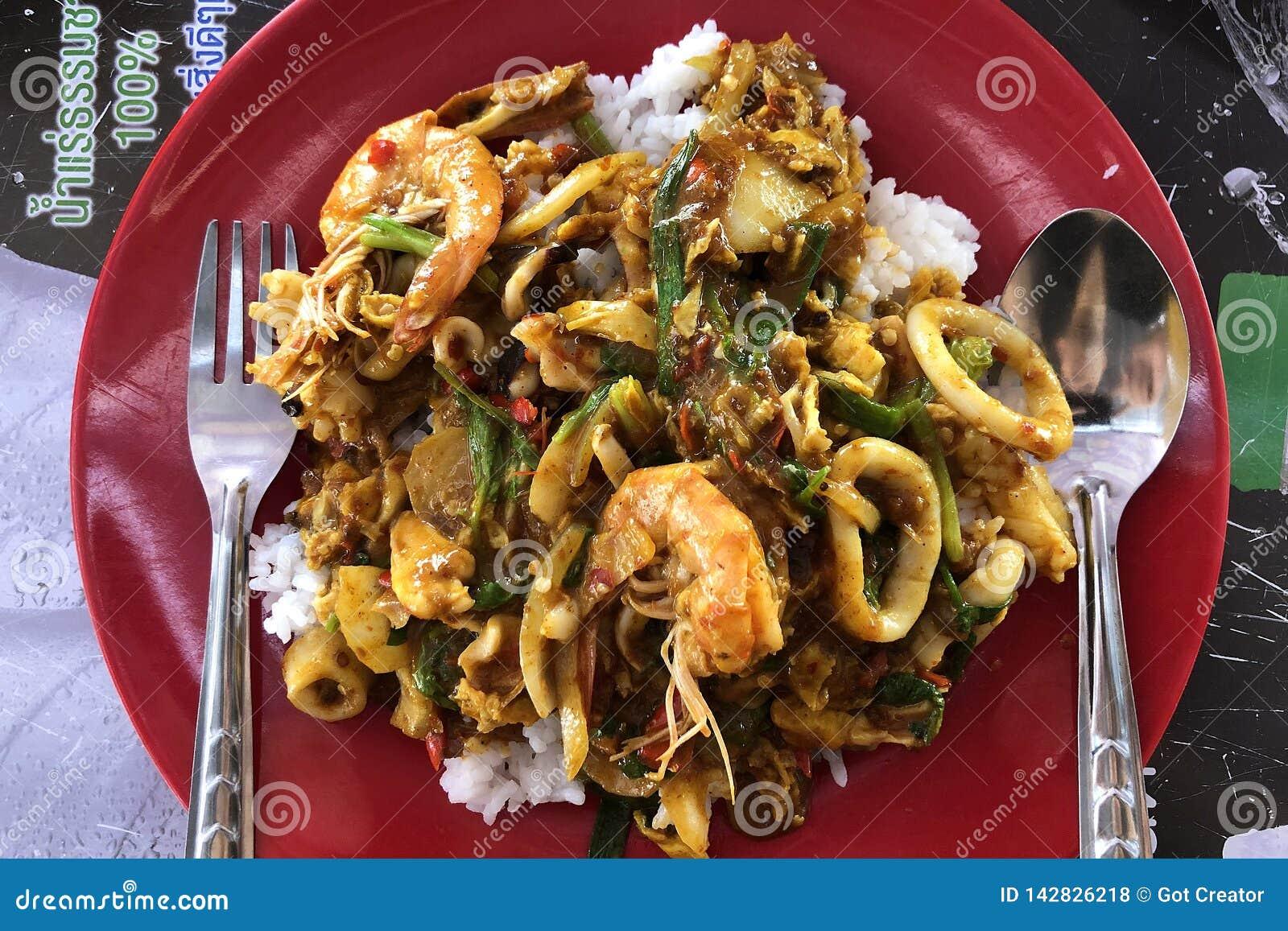Odgórny widok fertanie smażył dennego curry ego proszek Popularny owoce morza menu w Asia