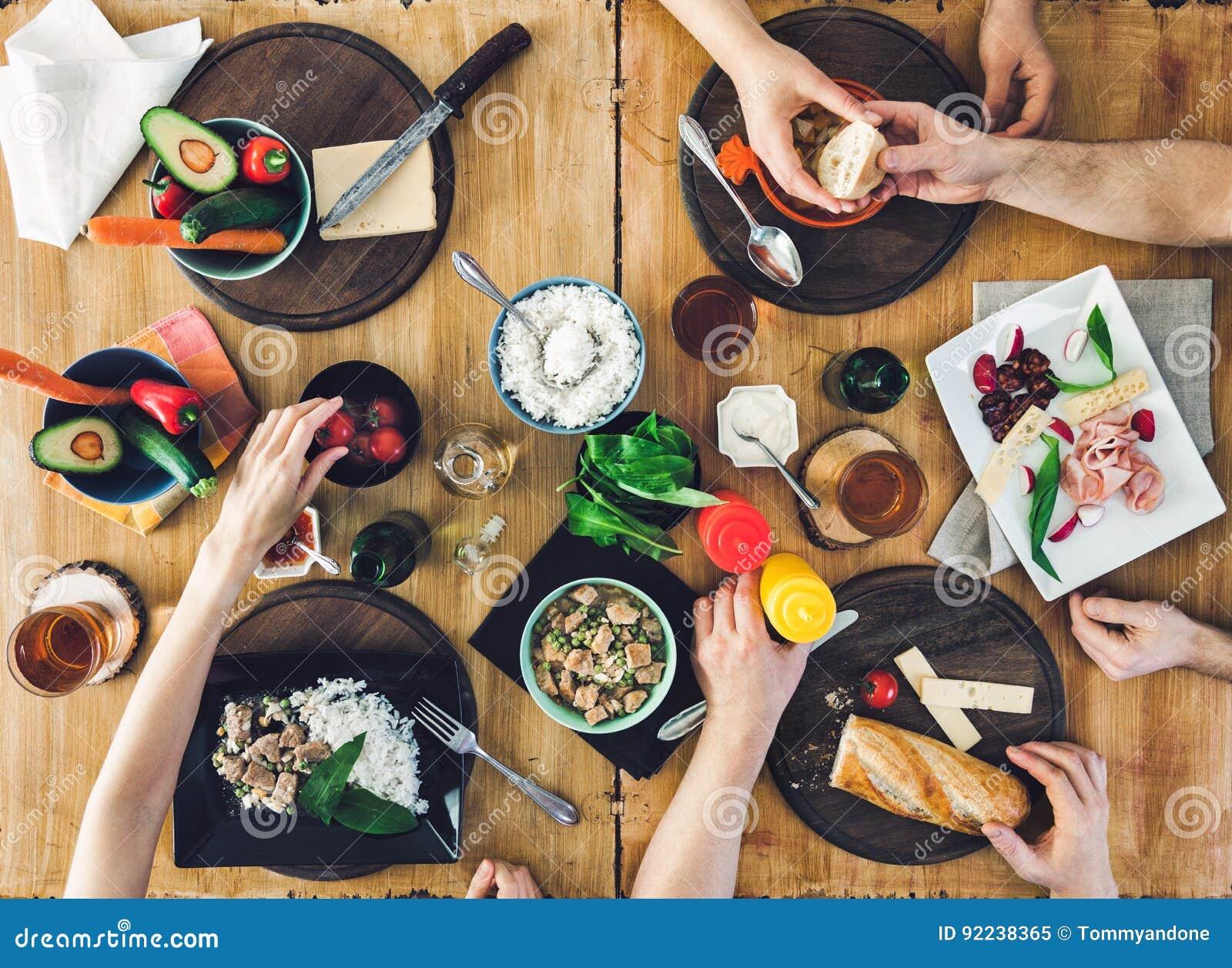 Odgórny widok, grupy ludzi obsiadanie przy stołowym mieć posiłek